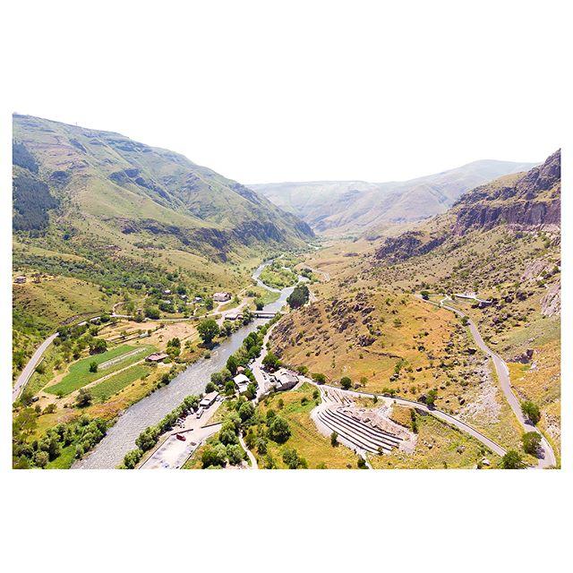 ••• 👌🗻ЖИТУХА В СКАЛЕ🗻👌 • • • Генацвале, прошу вас обратить внимание на пещеры в скале на втором фото. 👀👀 Это Вардзиа - древний пещерный город, расположенный в 60 км от города Ахалцихе. Удобств в нем поменьше, чем в современном 🏢 ЖК, но зато атмосферно. Вардзиа - одна из самых главных достопримечательностей Грузии на равне с ещё одним пещерным городом Уплисцихе, расположенным недалёко от Тбилиси. • Этот скальный город состоит из примерно ☝️ 600 пещер естественного и искусственного происхождения и тянется вдоль реки примерно километр. Весь комплекс имеет 13 уровней, по которым можно свободно перемещаться по лесенками. Везде есть ограждения для безопасности. • Постройку города приписывают царице 👑 Тамаре, но первые пещеры были созданы во времена правления её 👑 отца Георгия III (1156 - 1184). • Современная Вардзия - скромная часть того, что было изначально. ☝️ Землетрясение 1283 года почти уничтожило пещерный город! Рухнула вся передняя сторона города - стены, галереи и лестницы. • На территории Вардзии расположено 15 храмов, крупнейшие из них - Успенская и Ананурская церковь. В некоторые можно зайти. 👀 Об одном таком храме, примечательном фресками 12 века, я расскажу в следующем посте. ❤️ • • • Для брони мест на экскурсию в Вардзию пишите в Директ или в комментариях! Ваша Кристидзе! ❤️❤️❤️ #вардзиа #пещерыгрузии #экскурсиигрузия #индивидуальныетуры #грузияотзывы #ахалцихе #экскурсияпогороду #вардзиацены #ценыгрузия