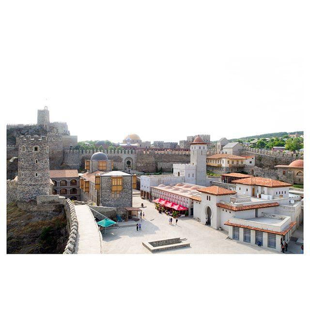 """••• 💥💸ЕСЛИ ХОЧЕШЬ ПОЖИТЬ В КРЕПОСТИ💸💥 • • • Одно из самых красивых мест Грузии - это крепость Рабат, построенная турками в XVI-XVIII вв. и расположенная на юге Грузии, в городе Ахалцихе. В 2012 году крепость была полностью реконструирована, и теперь готова предстать перед вами во всей своей красе!❤️❤️❤️ • Ахалцихская крепость, с территорией в 7 гектаров, разделена на две части: 💥☀️Верхнюю (историческую) и ☀️Нижнюю (современную) - эти части отделены друг от друга каменной стеной. • В верхней крепости расположены: исторический музей Самцхе-Джавахетского региона, который находится в родовом замке Джакели, мечеть Хаджи Ахмед Паши (Ахмедийе), о которой я расскажу подробнее в одном из следующих постов, медресе, усыпальница паши, православная церковь IX века, цитадель и амфитеатр. Здесь находится Самая высокая часть крепости - """"Ахалцихская цитадель"""", с которой открывается потрясающий вид на Ахалцихе и саму крепость. 💸💸💸 Вход в верхнюю часть крепости платный. • На территории Нижней части крепость находятся объекты обслуживания туристов: отель (да, вы можете проживать прямо в крепости!!), ресторан, несколько кафе-баров, винный погреб, магазины, а также Дом бракосочетаний. • • • #что_посетить_namerani #рабататакаяработа #ахалцихе #ахалцихе🏰 #турпогрузии😃 #турыдлявсех #кудапоехатьнаотдых #мечеть🕌 #крепостигрузии #достопримечательностигрузии #отдых2018👙👒 #ртвели2018"""