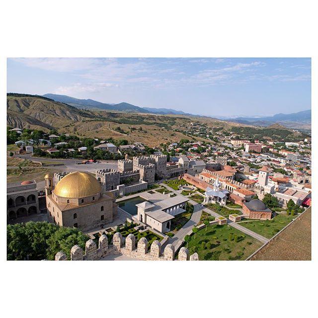 ••• 💰💰ЗОЛОТЫЕ КУПОЛА. ПО-ГРУЗИНСКИ💰💰 • • • Одна из жемчужин крепости Рабат в Ахалцихе - это, безусловно, мечеть Ахмедие, расположенная в верхней платной части Рабата. 💎 Мечеть была построена вXVIII векеи названа в честь Ахмеда-паши. 💎 В 1828 году российская армия взяла штурмом город Ахалцихе и захватила Рабат, а сама мечеть стала функционировать как православный храм Успения Богородицы. 💎 Сейчас крепость представляет собой пустое здание, а ее купол был позолочен, дабы уподобить ее мечети Омара в Иерусалиме. • • • #что_посетить_namerani #историягрузии #tours_georgia #туры_грузия #мечетьахмедие #иерусалим🇮🇱 #мечеть🌙 #рабат #ахалцихе #ахалцихе🏰 #toursingeorgia #турывгрузию2018 #отдыхвгрузии2018 #отдыхнедорого