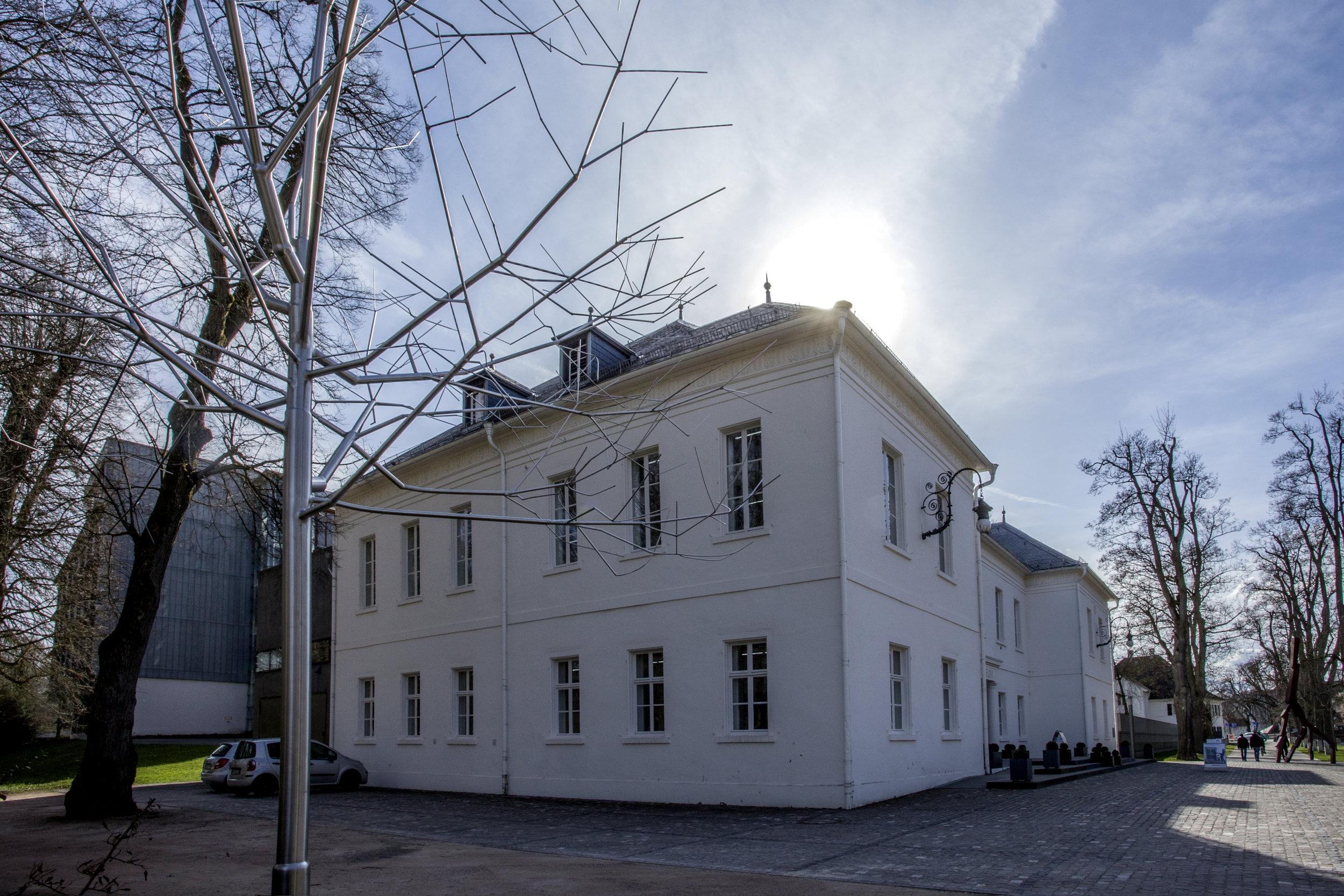 ... sur lequel donnent les lignes presques austères d'une belle façade du début du 19e siècle.
