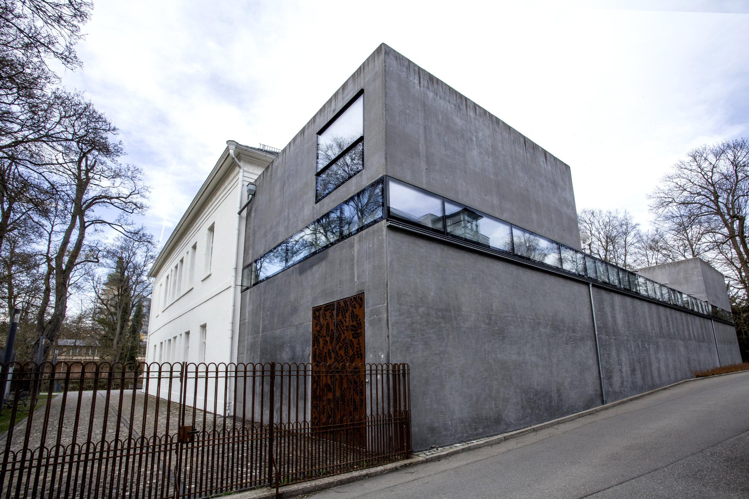 MUSEUM ART.PLUS  - une restauration exemplaire, mêlant contemporain et ancien en harmonie, pour mieux mettre en valeur les oeuvres exposées.