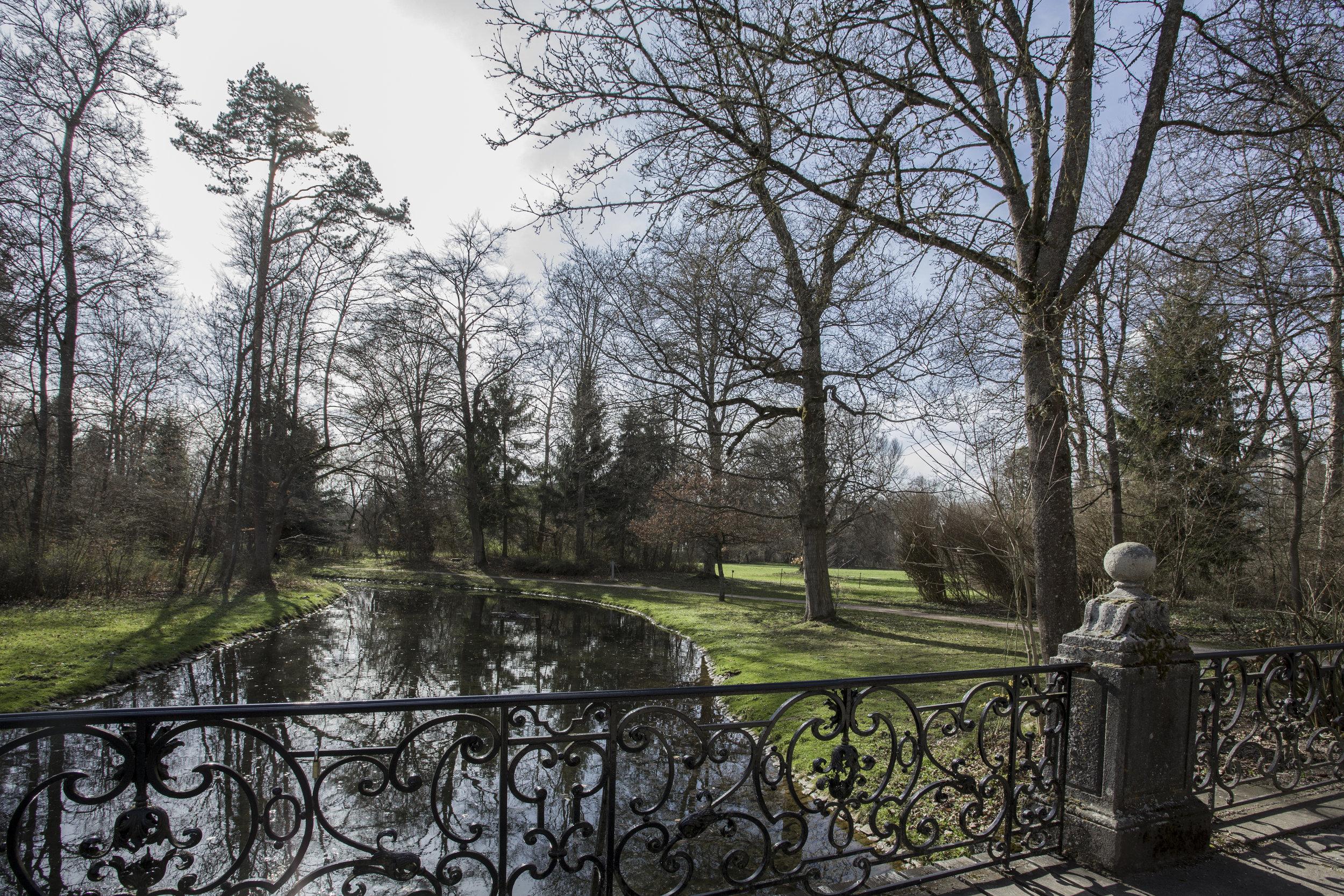 Charme d'un parc romantique à souhait où les fantômes des anciennes Cours princières d'Allemagne semblent hanter encore haies et bosquets...
