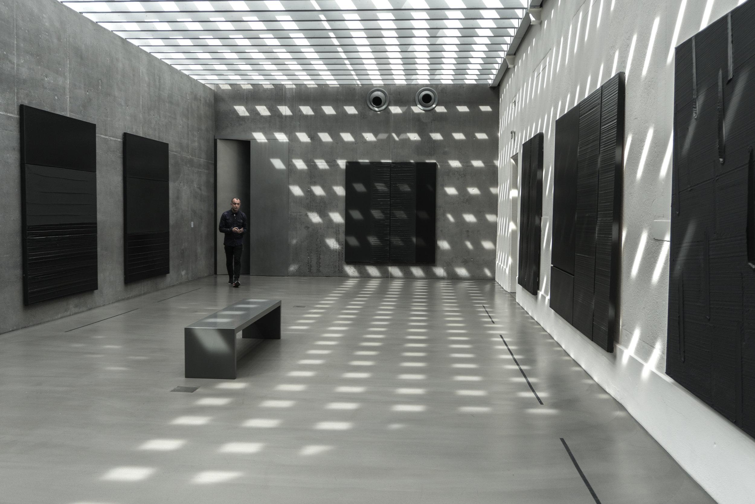 La salle des Soulages de la collection Biedermann, dans la nouvelle annexe: une Chapelle de Lumière dédiée à l'Ode à l'Outrenoir du peintre.