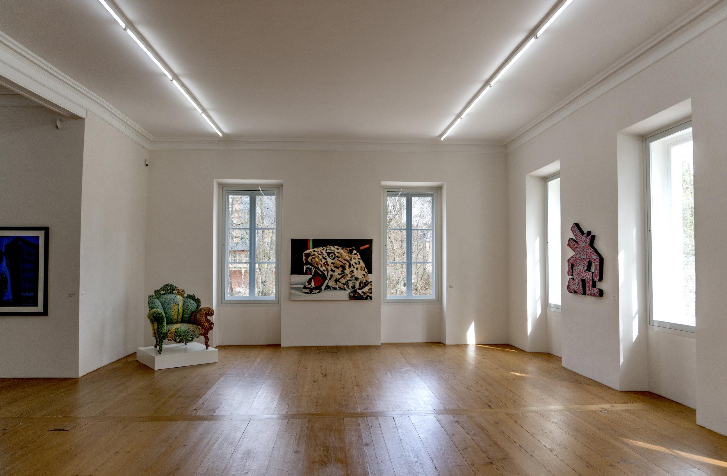"(De gauche à droite)   Alessandro Mendini : ""Poltrona di Proust"" (1996) -  Ralph Fleck :  ""Still Life with Trophy II"" (1987) -   Keith Haring  : sans titre (1983)"