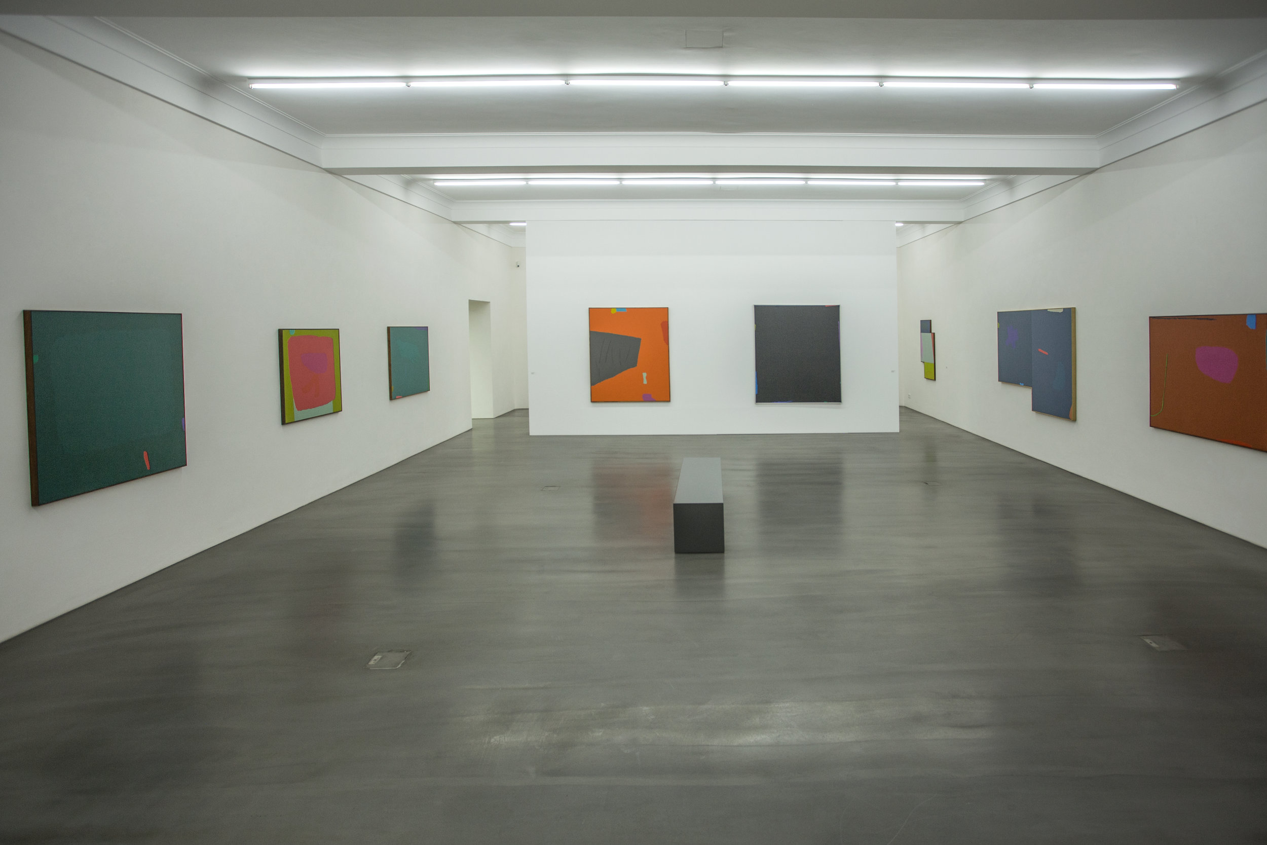 "(De gauche à droite, salle des   Dorothy Fratt   dans l'exposition ""   colourful.frabenfroh   ""): ""Secret Green"" (1985), ""Red and Green"" (1975), ""Thalo with Chaser"" (1983-1987),""Laban's Staves"" (1991), sans titre (1987), ""Along Night's Measure"" n.d., ""Odyssey"" (1987) et ""Sedona Green Line"" (1978)"