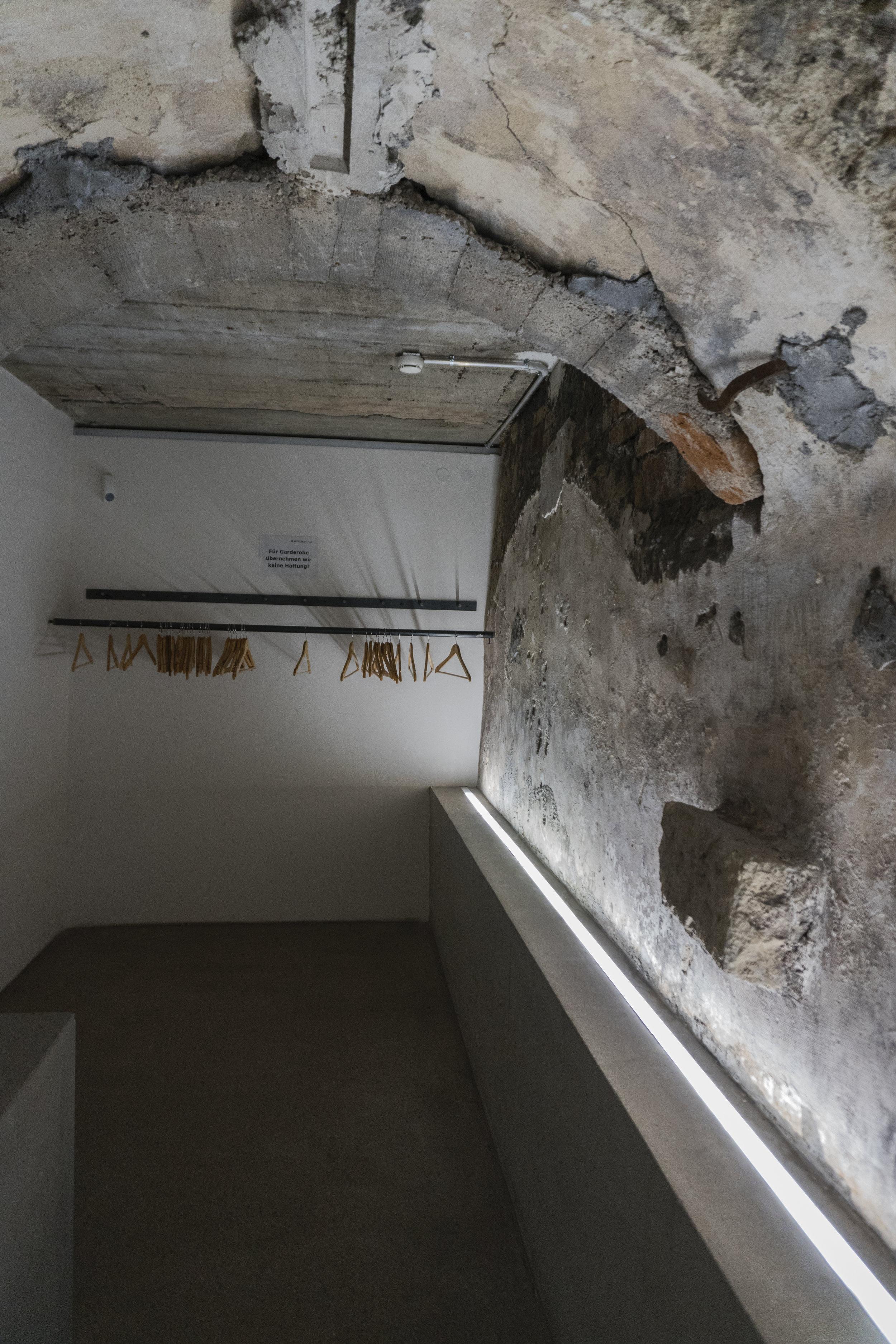 Matériaux bruts, murs sans habillage, les fondations du musée se limitent à l'essentiel dans une volonté affirmée de revenir à l'essence même du bâtiment. Son âme, à nu.