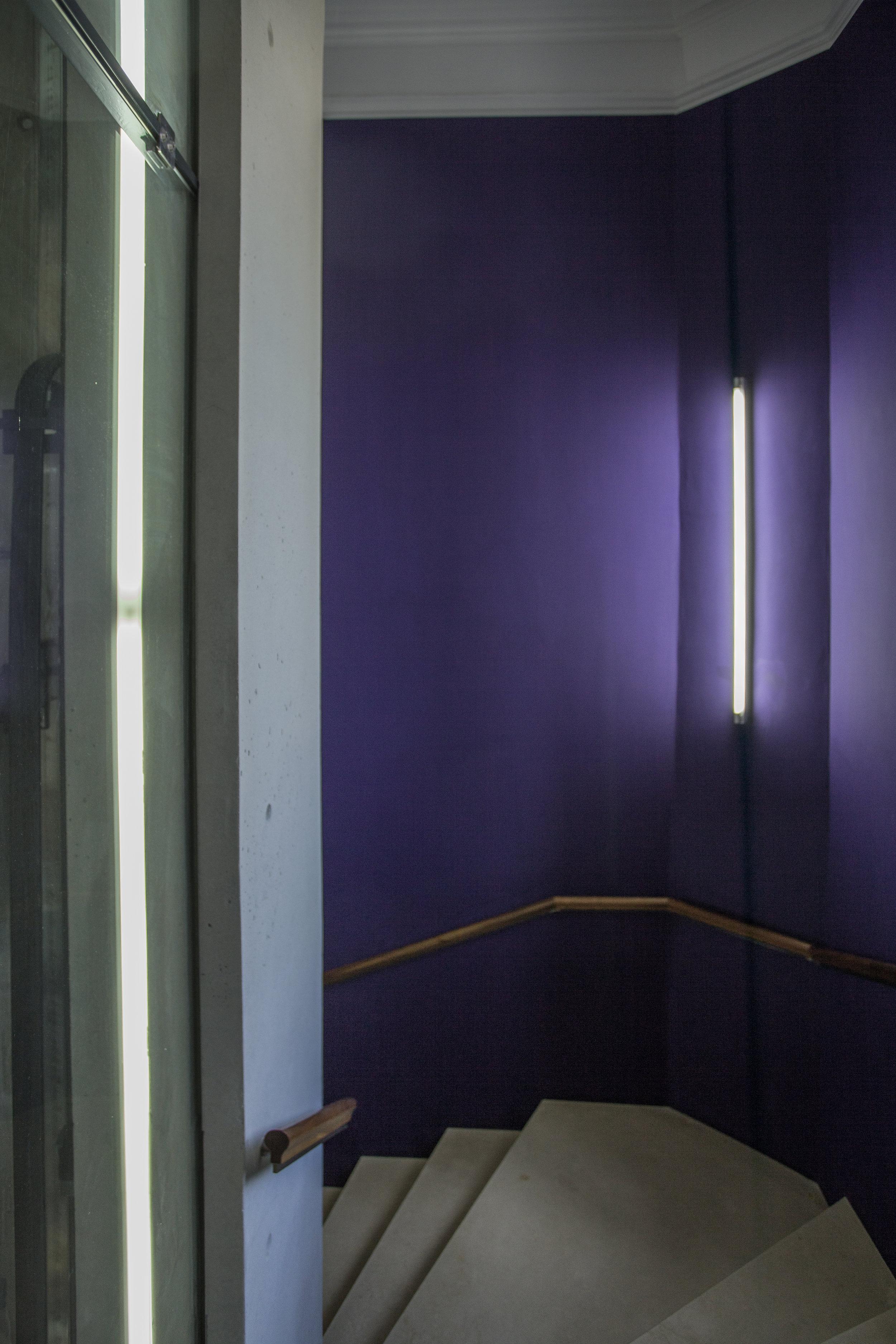 Couleurs franches et tranchantes en aplat, matériaux simples et simplement beaux, pierre nue: le modernisme des toiles exposées se décline en clins-d'oeil et en harmonies subtiles à chaque tournant d'escalier...