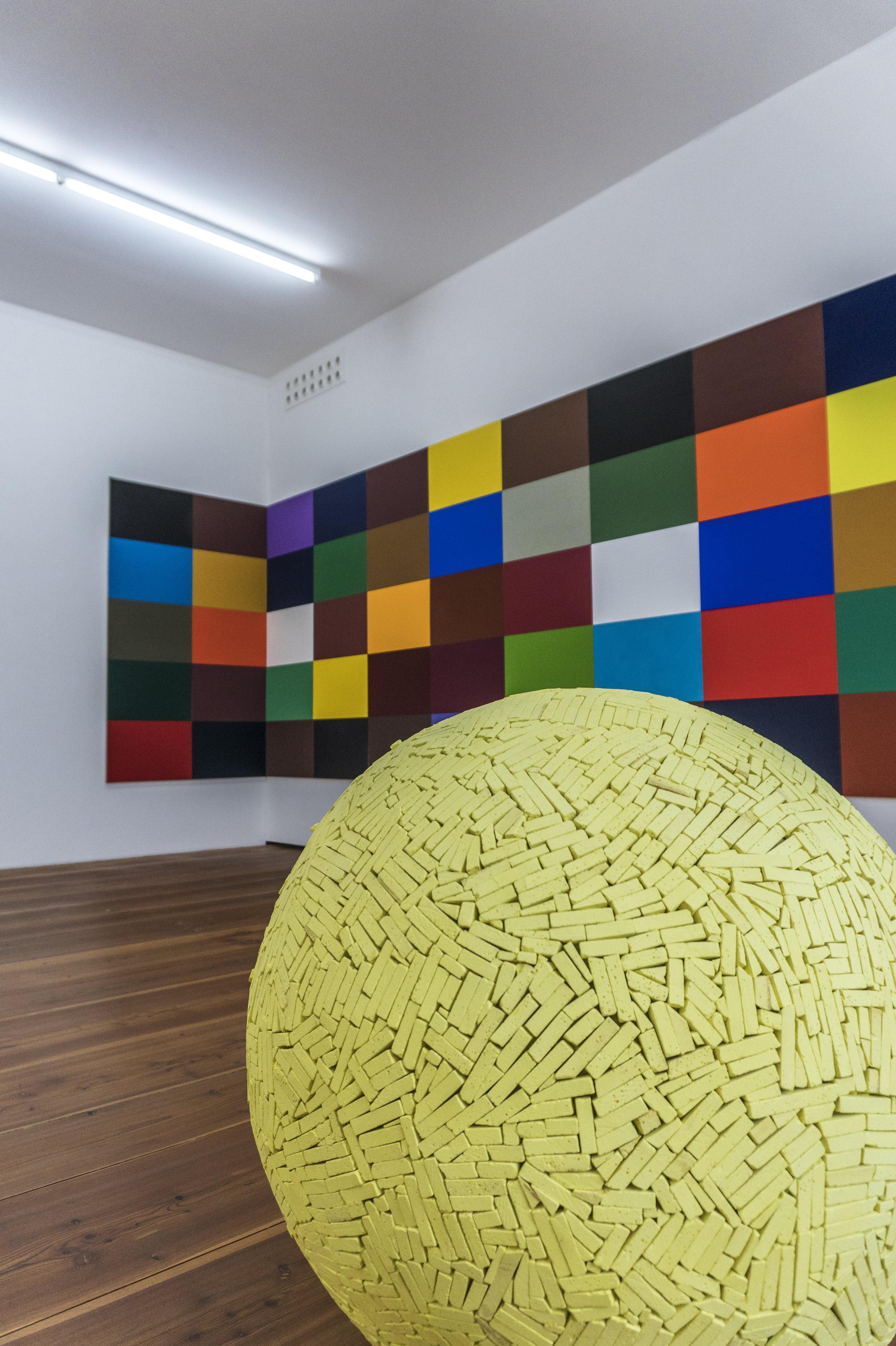 """Gerhard Langenfeld  : """"50 Farbtafeln"""", 2005 (au fond) et   Reiner Seliger :  """"Pallone giallo"""", 2010 (au premier plan)"""