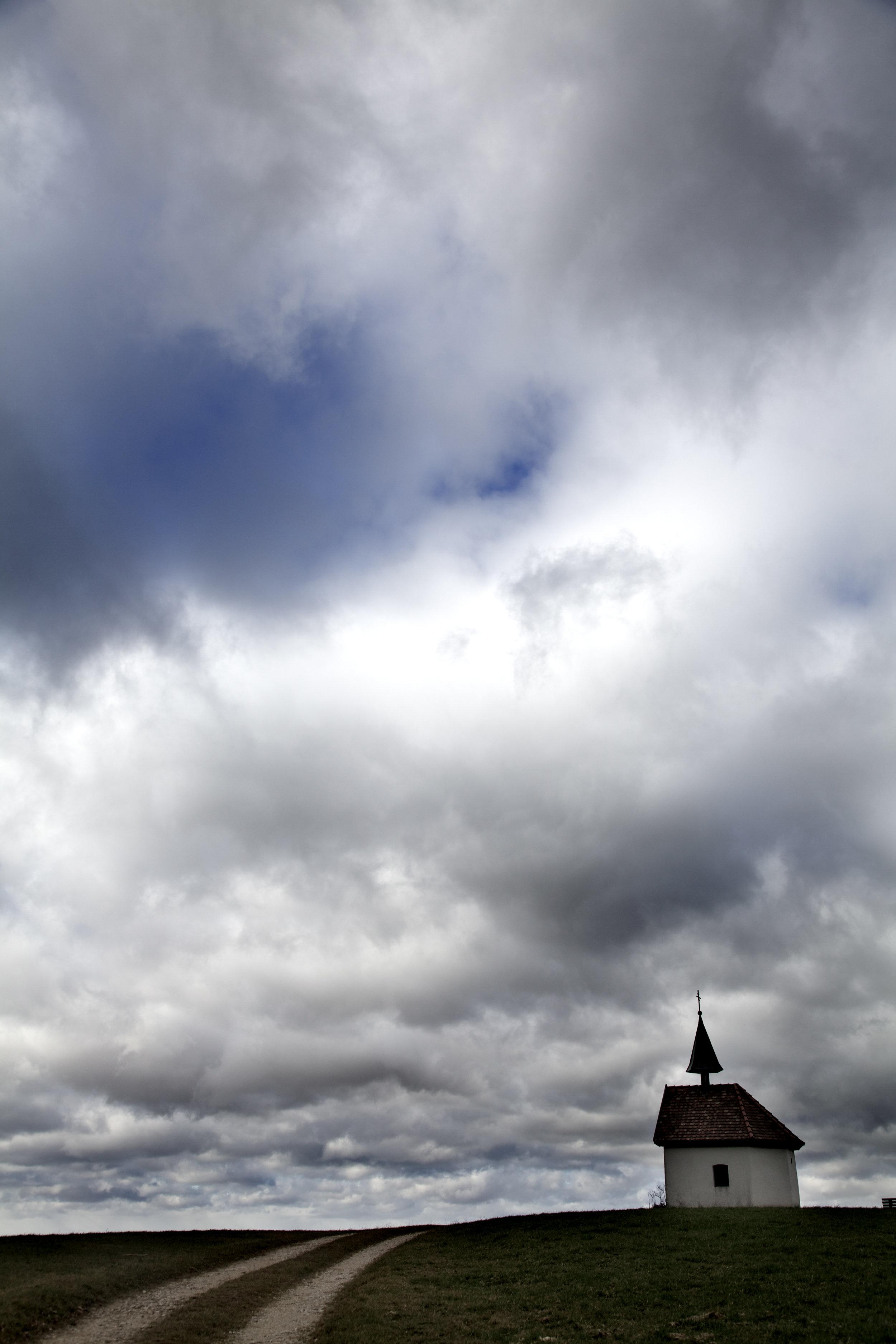 Une petite Chapelle blottie au creux d'une colline - sous le ciel, immense
