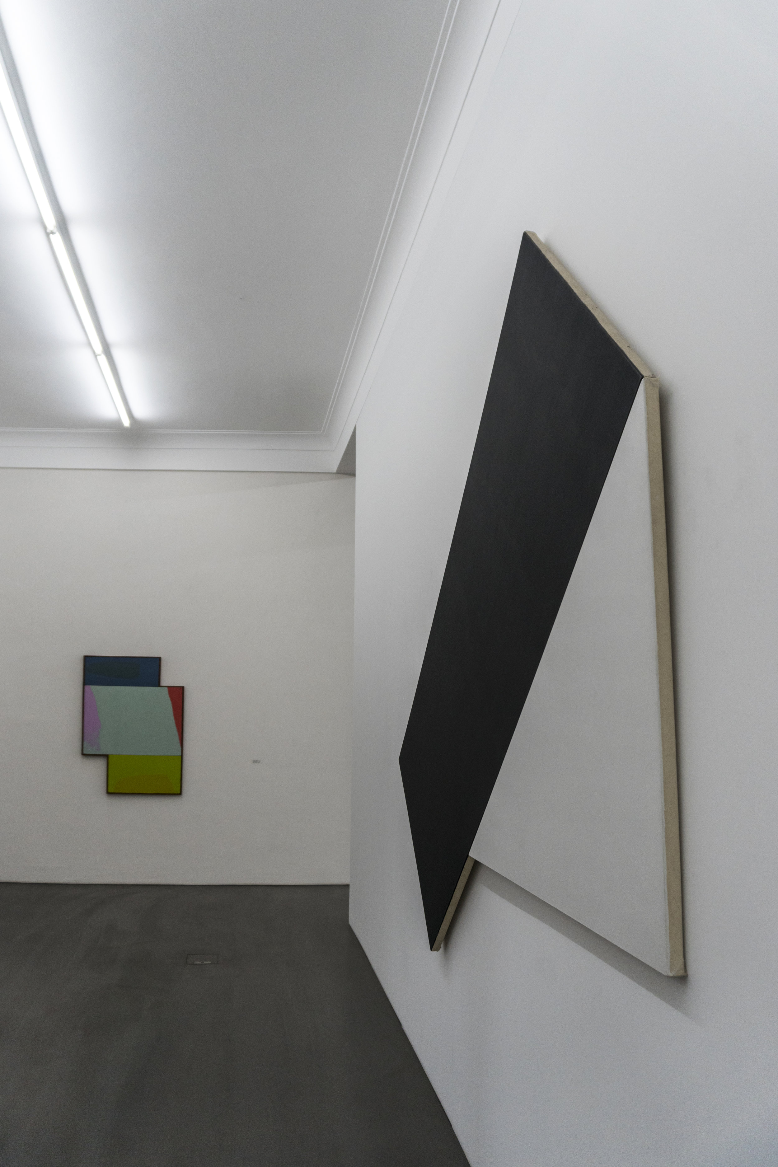 "(In the background)    Dorothy Fratt   : untitled 1987 - (right)    Ellsworth Kelly   : ""Triangel II, Dark gray with white"", 1977"