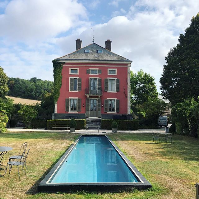 *Un tout petit peu de repos avant d'attaquer la rentrée, dans ce lieu magnifique *a little rest in this wonderful place, zen retreat before restarting work. . #takingcareofyourself #zenretreat #chateaudecourban #coolplacestobe #recentering #gainingstrenght #ailleurstheblog ##smallluxuryhotels #travel #weekendescape