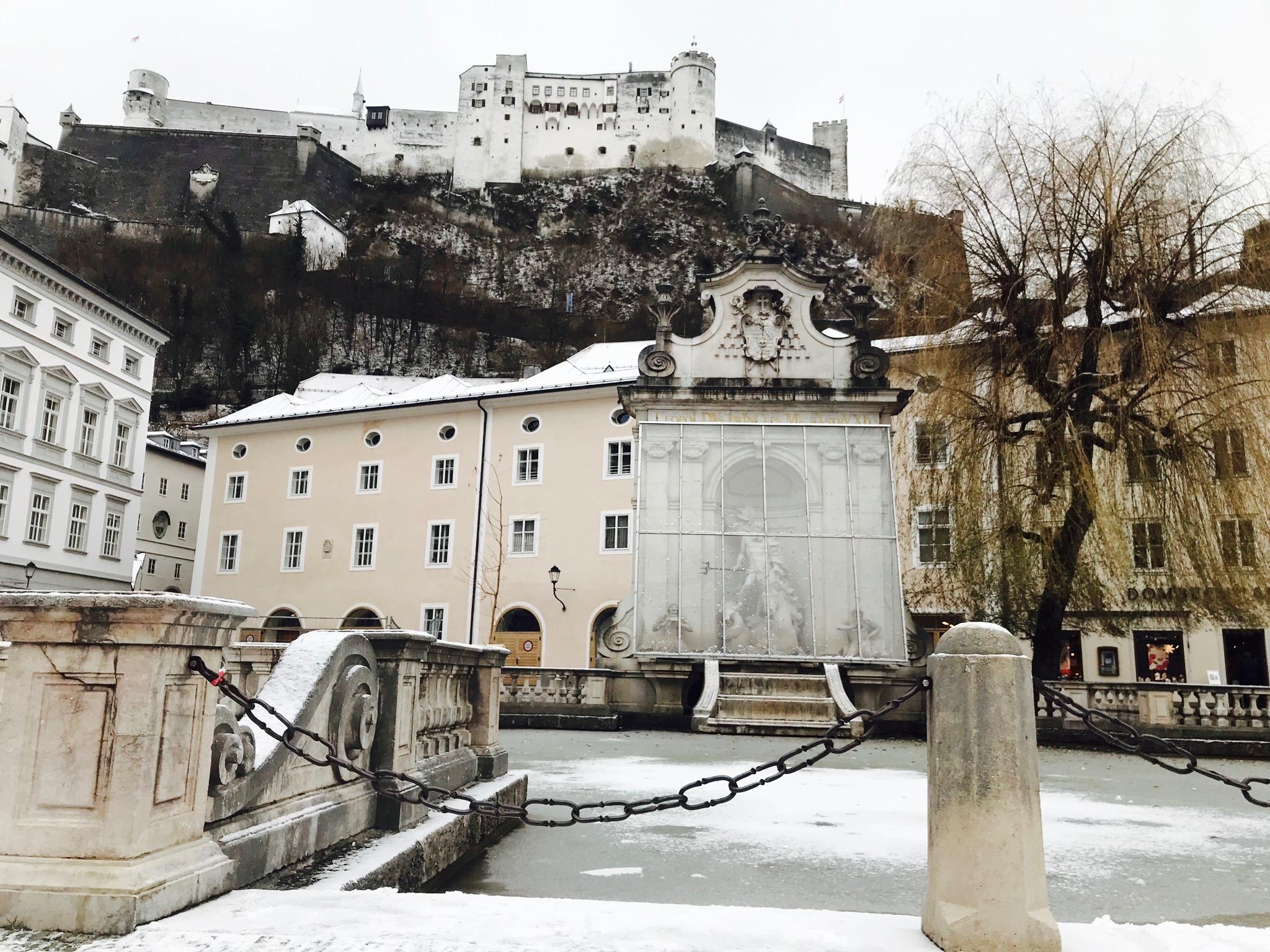 Winterliches Salzburg: Blick vom Kapitelplatz auf die Festung Hohensalzburg