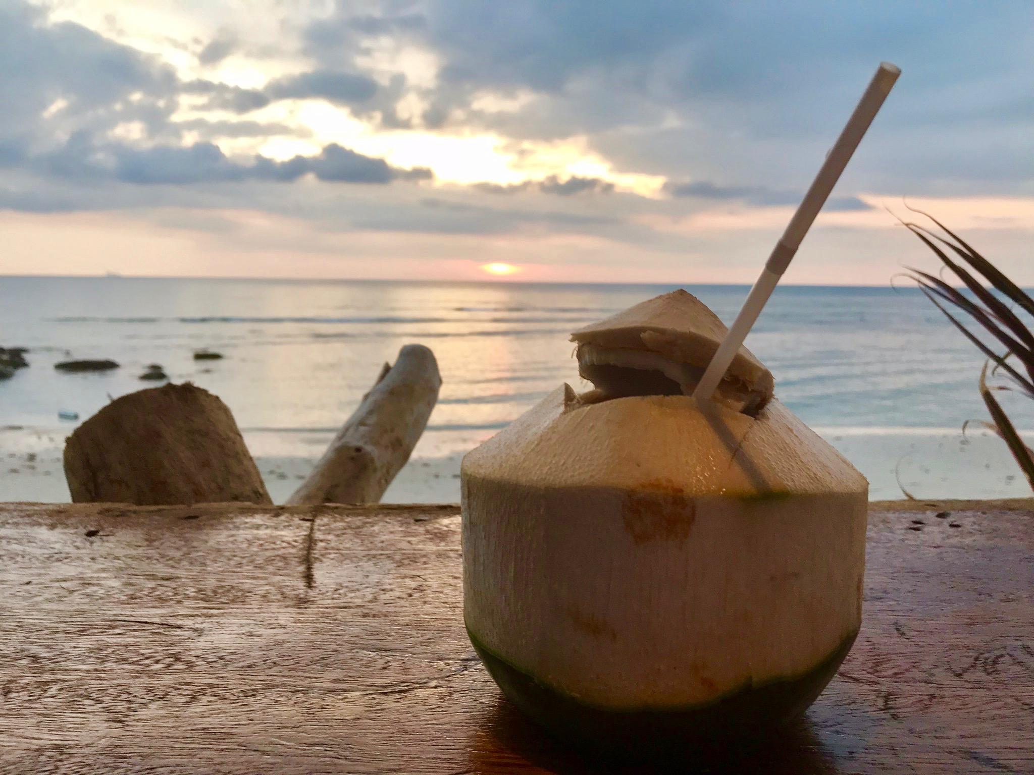 Coco Jambo: Frische Kokosnüsse kriegt man auf Koh Lanta überall