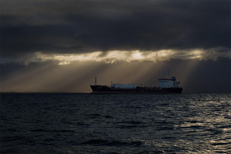 Navire de commerce au mouillage en Guadeloupe
