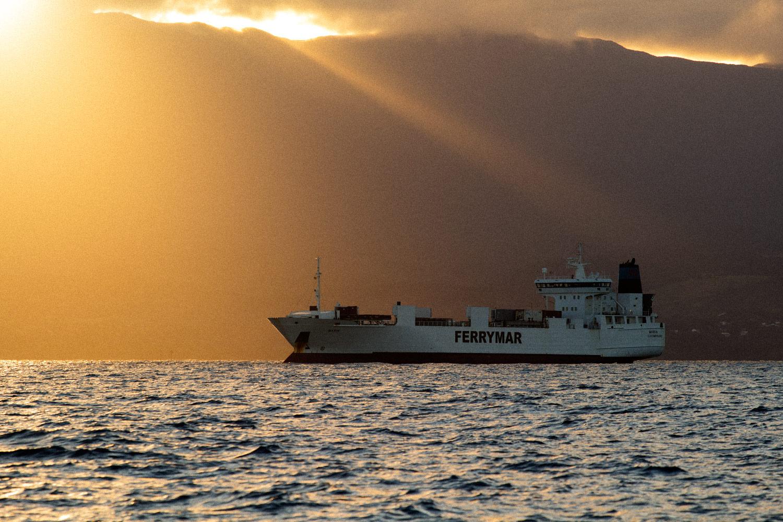 Navire type vraquier au mouillage en Guadeloupe