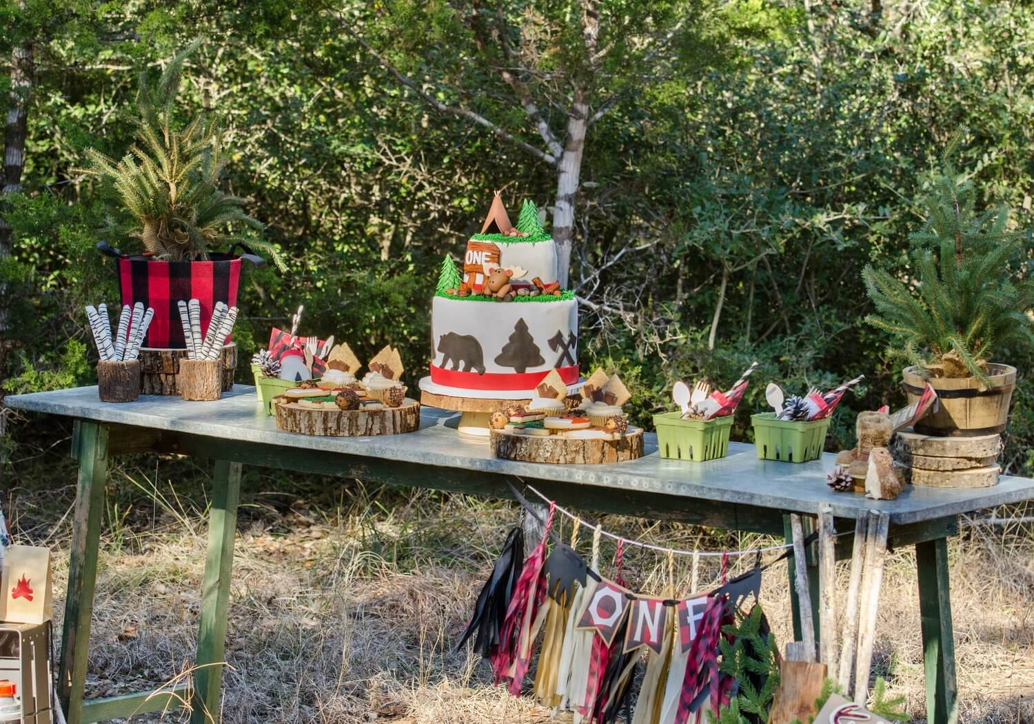 Lumberjack first birthday party idea / outdoor birthday party / Dessert table / Styled by Carolina from MINT Event Design / www.minteventdesign.com