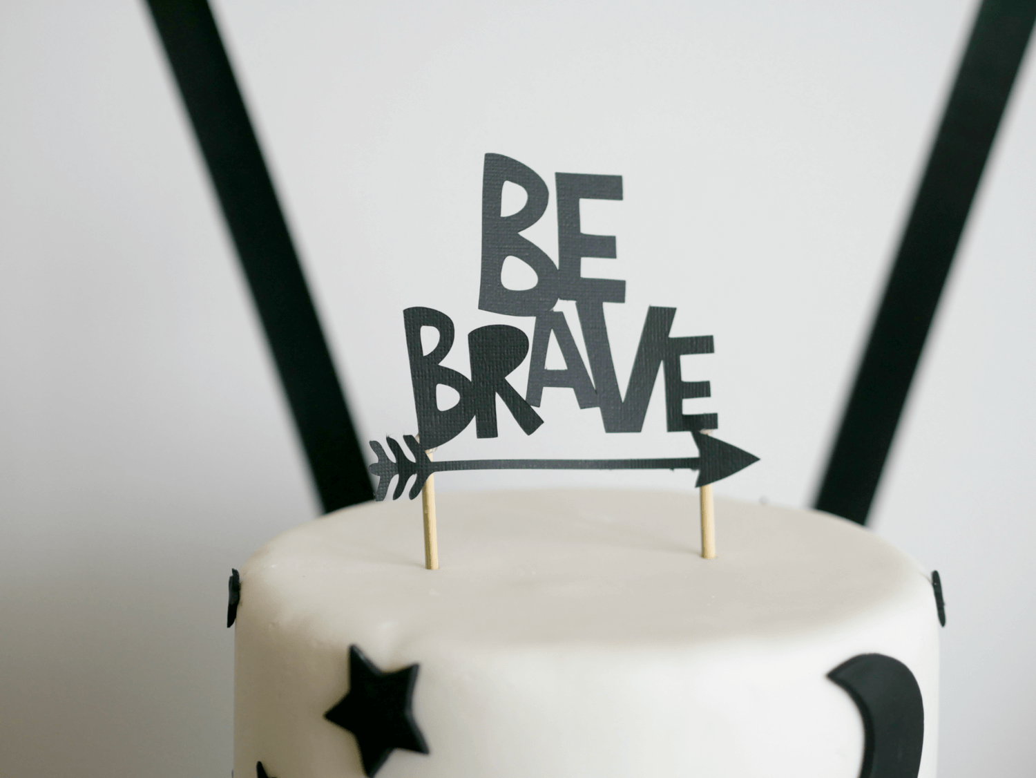 Be Brave Cake topper idea / Tribal cake topper idea / camping topper idea / Be Brave First Birthday party idea and decor / styled by Carolina from MINT Event Design / www.minteventdesign.com