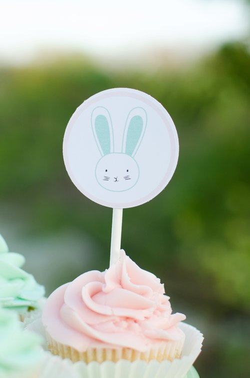 Click to download your free Easter Cupcake Wrapper Printables from Mint Event Design www.minteventdesign.com #easterparty #gardenparty #partysupplies #tablescape #eastertable #freeprintable #cupcaketoppers