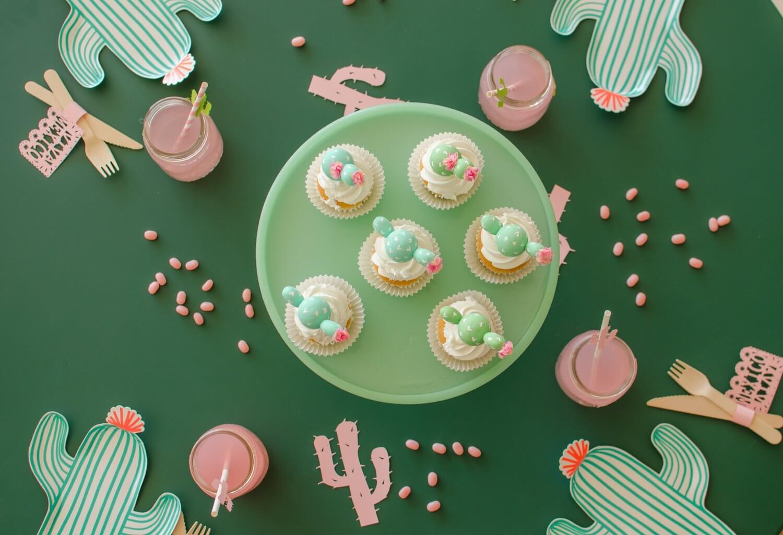 Cinco de Mayo tablescape / Cactus plates / Southwestern party ideas / Cinco de Mayo party ideas / Viva Mexico / Cinco de Mayo desserts / Cactus cupcakes / Cactus DIY cupcake toppers / Southwestern tablescape / Styled by Carolina from MINT Event Design / www.minteventdesign.com
