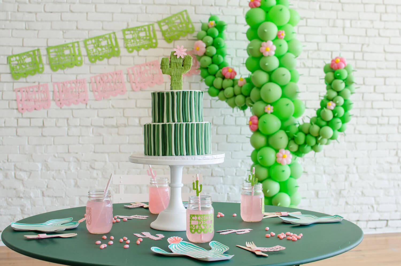 Cinco de Mayo tablescape / Cactus plates / Southwestern party ideas / Cinco de Mayo party ideas / Viva Mexico / Cinco de Mayo desserts / Cactus cupcakes / Cactus DIY cupcake toppers / cactus Cake idea / Southwestern tablescape / Styled by Carolina from MINT Event Design / www.minteventdesign.com