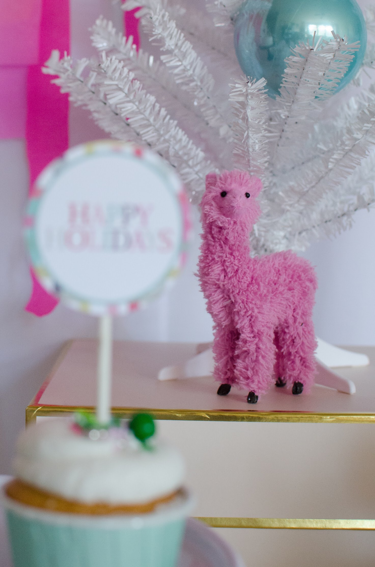 Love this sweet stuffed llama as party decor for the fa la la la llama holiday party from Mint Event Design. See more from this llama Christmas party at www.minteventdesign.com and download your free printables #holidayparty #partyideas #christmasparty #holidaypartyideas #llamaparty #llamalove