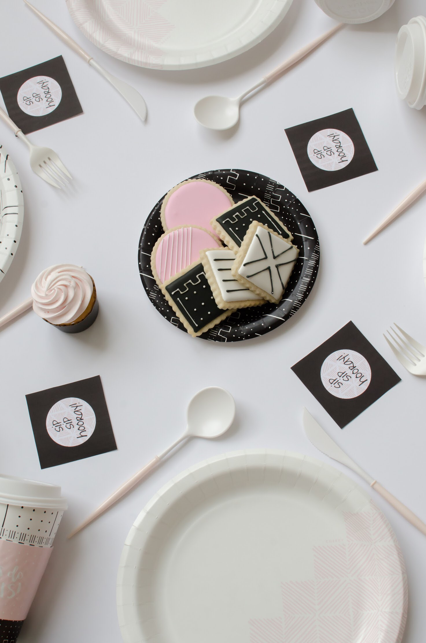 Love the look of this modern party table! The geometric design is awesome! Perfect for a bridal shower or baby shower!