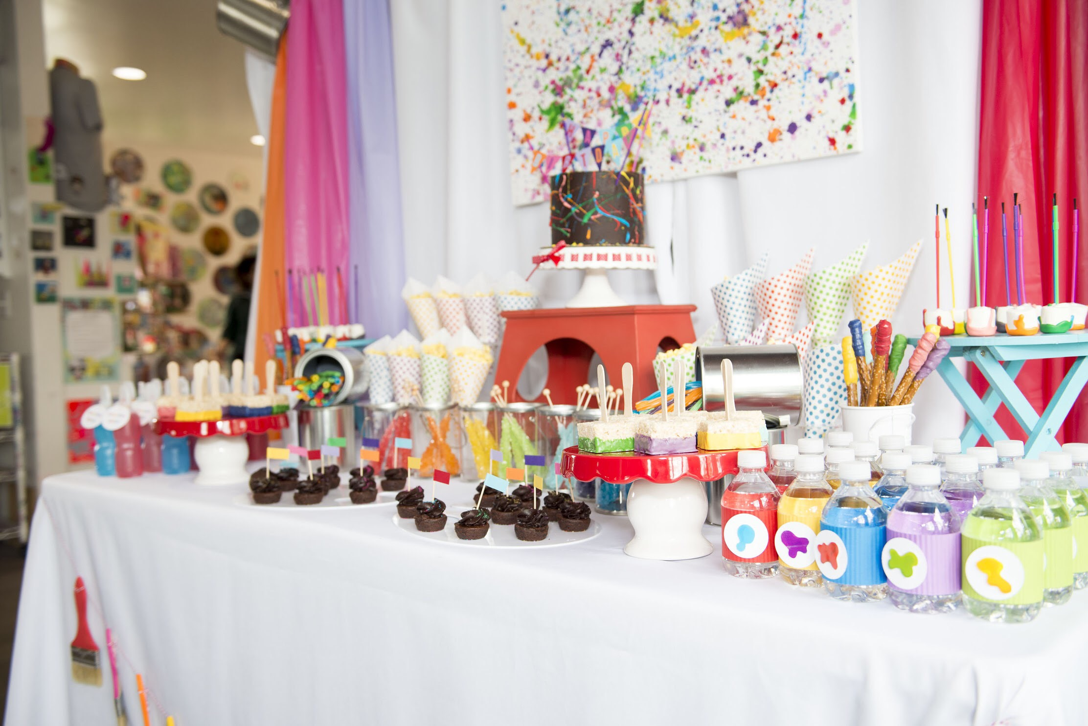 Planning an art themed birthday party? A rainbow color palette is the top choice. See how to plan your art party at a local art studio on Mint Event Design www.minteventdesign.com #artstudio #kidsparty #kidspartyideas #birthdaypartyideas #artparty #rainbowparty
