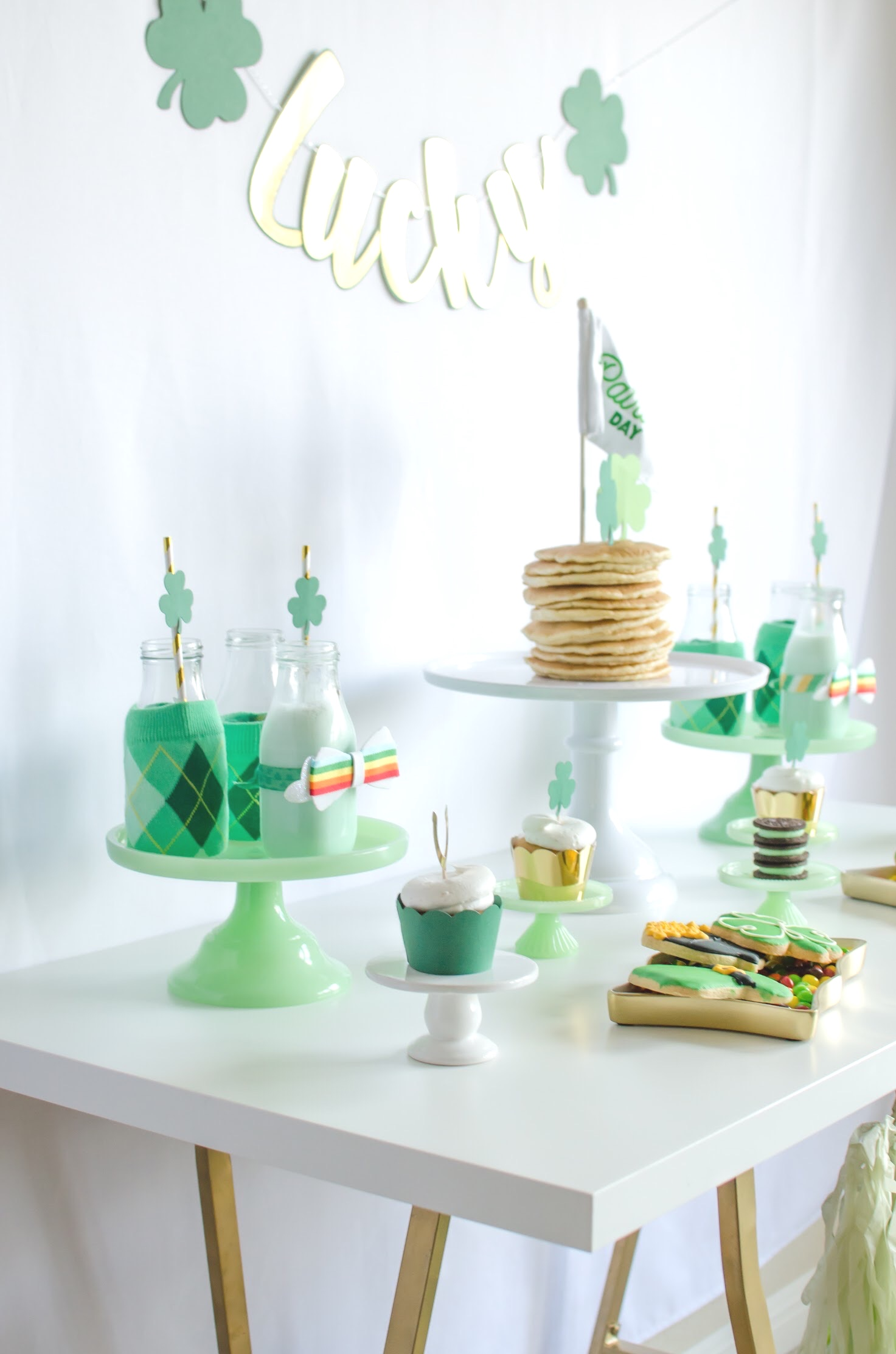 Find out how to create this greentastic Saint Patricks Day Breakfast Party on Mint Event Design www.minteventdesign.com #partyideas #partydecorations #saintpatricksday #stpatricksday #tablescape #desserttable