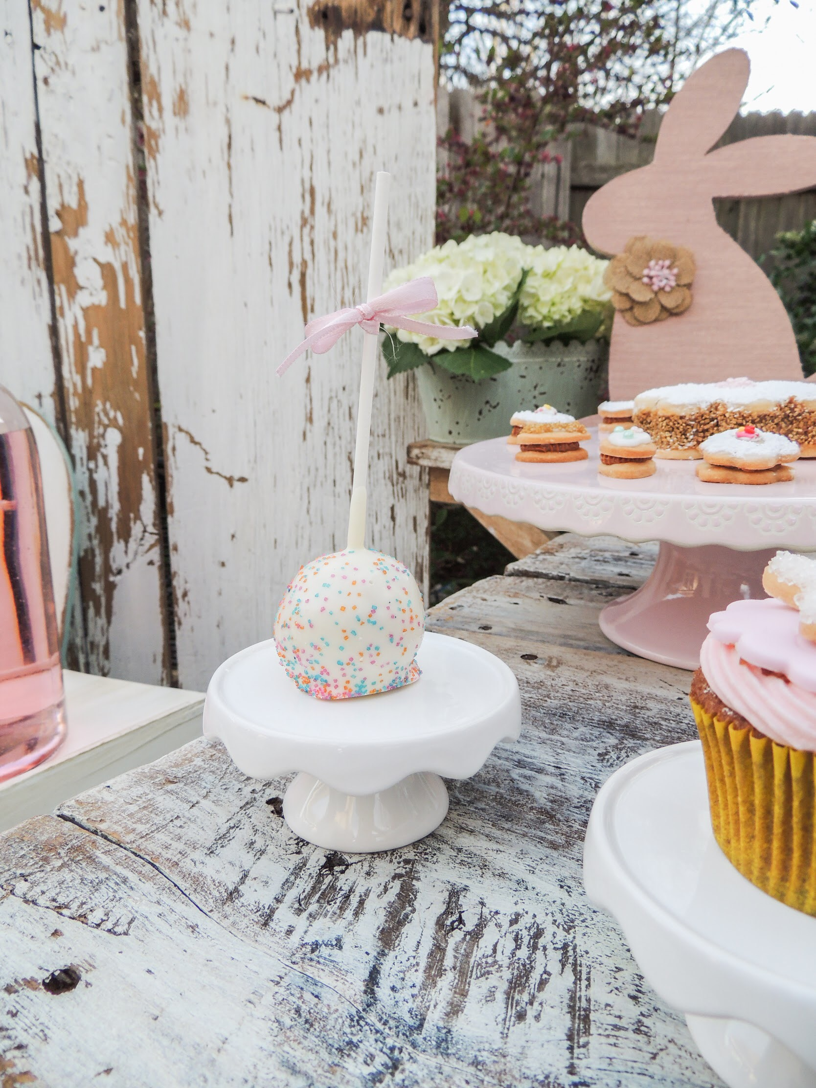 Love this sparkly cake pop, so fun for this Easter party. As seen on Mint Event Design www.minteventdesign.com #eastertable #easterdecor #easterparty #partyideas #easterideas #cakepop
