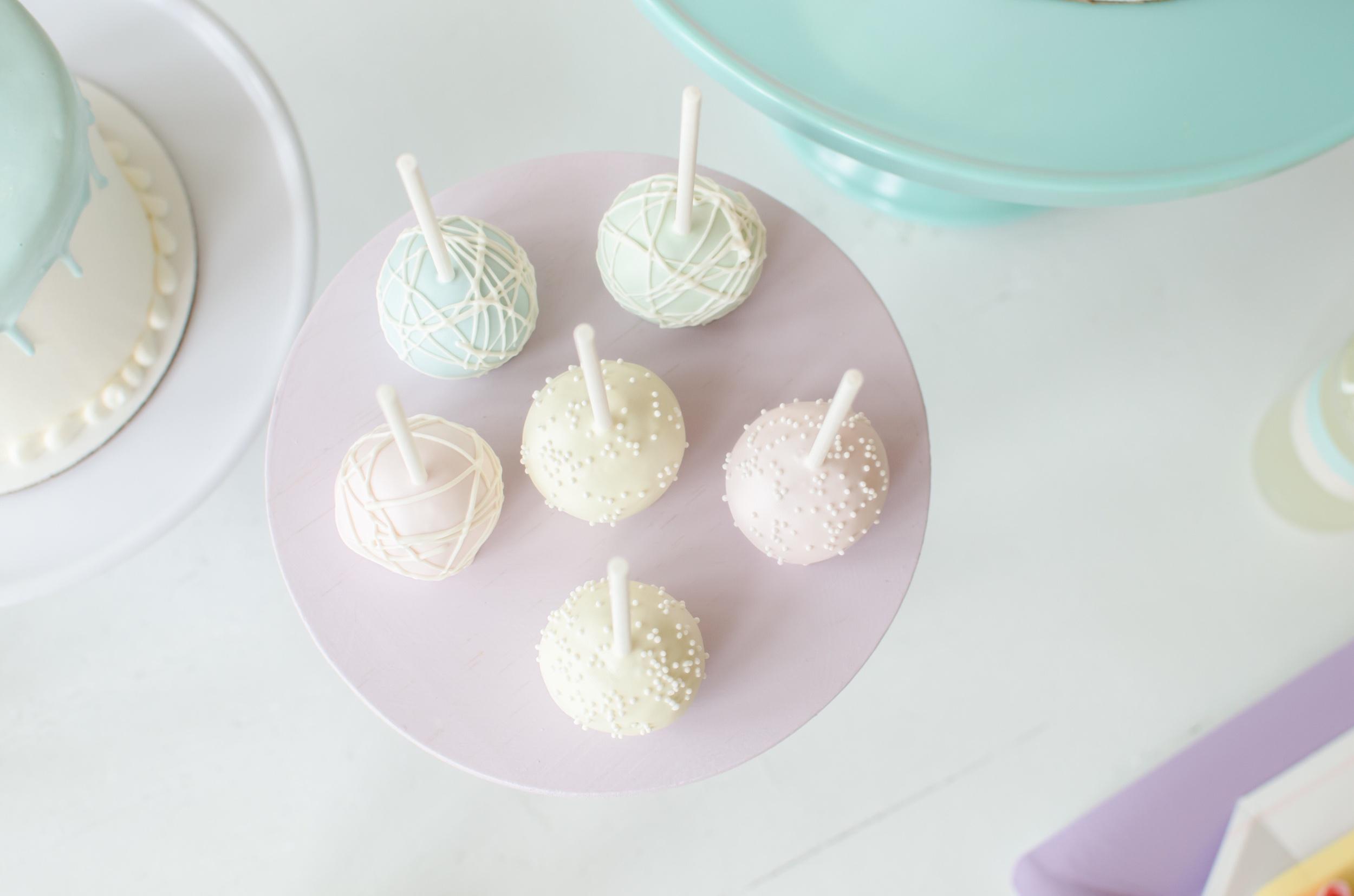 Pastel cake pops, yummy!