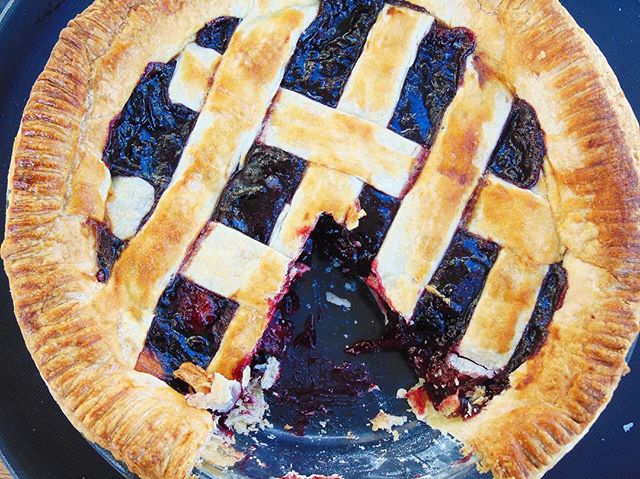 Throwing it back to my dark cherry and strawberry pie for #nationalpieday 😍