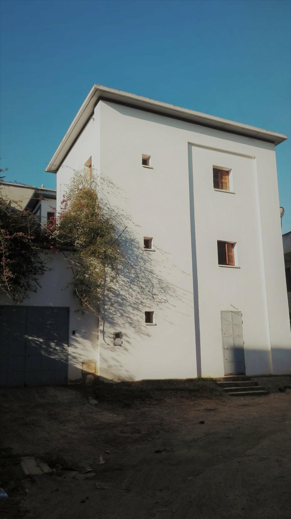 Maison à quatre patios à Tipaza - Algérie   Implantée dans un tissu dense sur une parcelle de 200m², le défi des architectes était de créer des espaces de vie spacieux et fonctionnels, protégés des vues directes. La solution a été une réinterprétation contemporaine du principe d'introversion de la maison à patio traditionnelle.