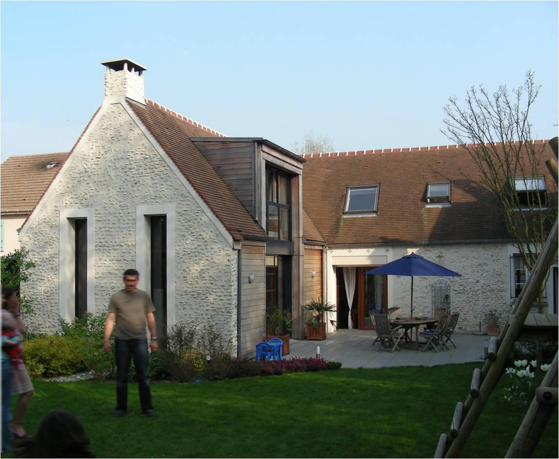 """Extension d'une maison à Méré (Yvelines) - France.   L'objectif de ce projet étant de créer une extension dans la continuité de l'existant pour repondre aux besoin d'espace d'abord puis de faire la """"couture"""" entre l'ancien et le contemporain en les assumant tous les deux."""