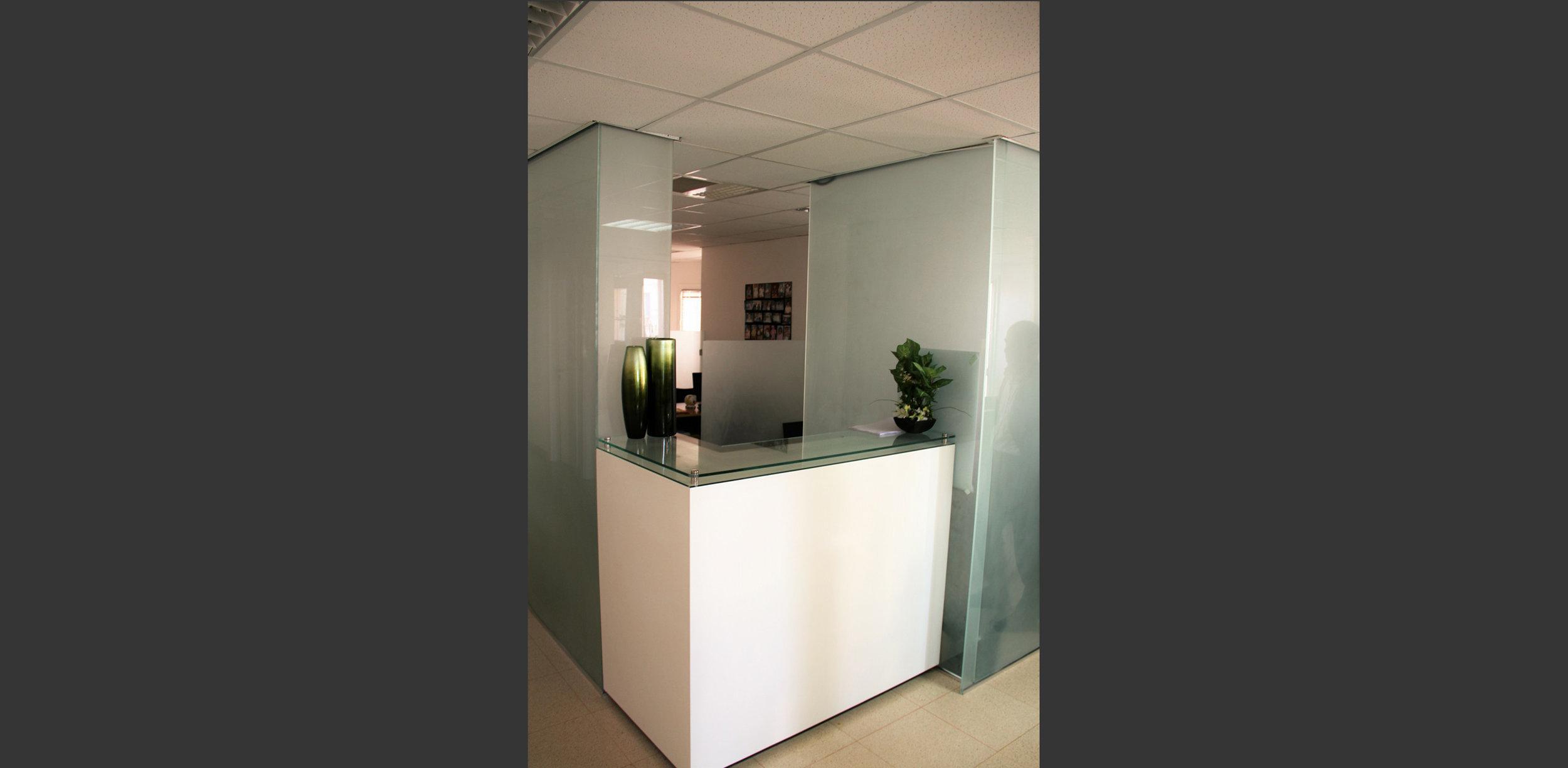 desk d'accueil Clinique fécondation in-vitro Tiziri Alger. Atelier Messaoudi architecture aménagement et design. Bureau d'étude Algérie.