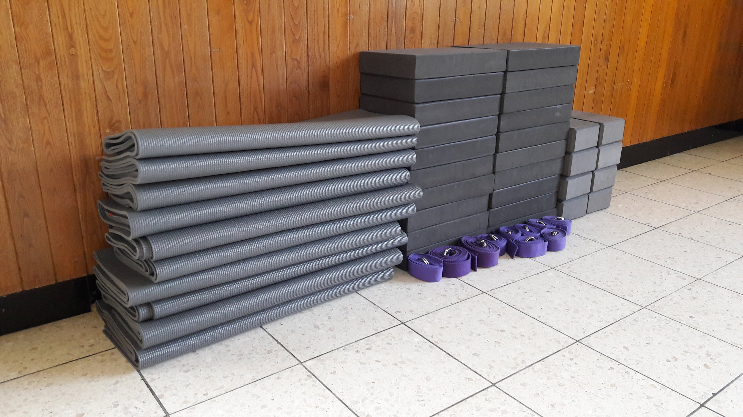 Yoga mats, blocks and belts /  Tapis, blocs et ceintures de yoga