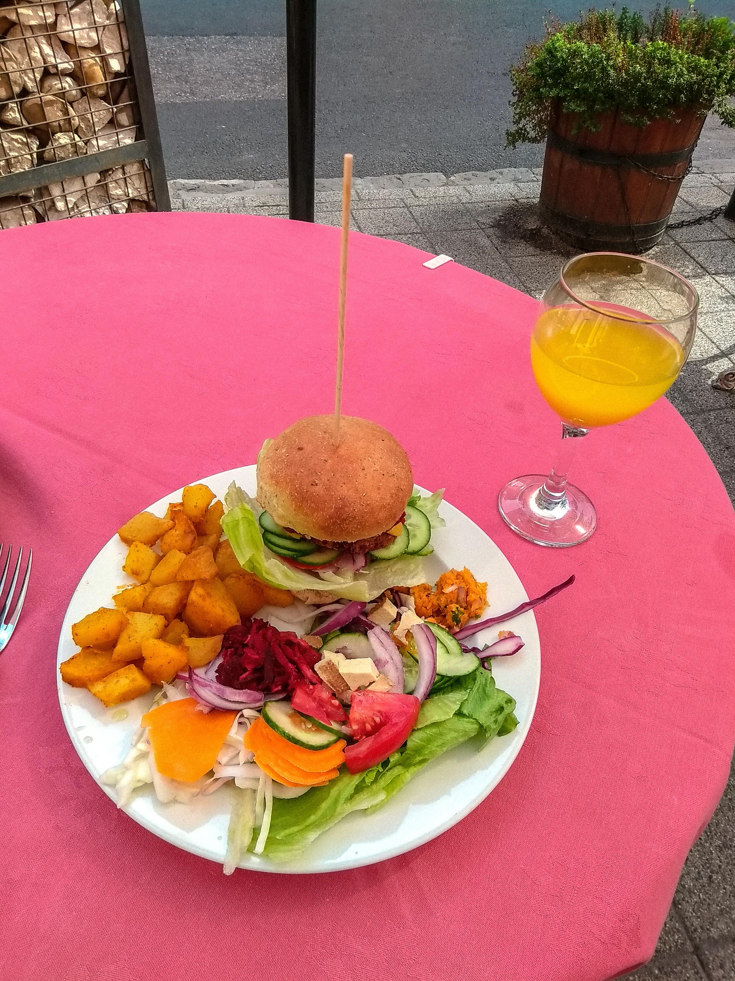 EdeniVegan_Budapest_burger.jpg