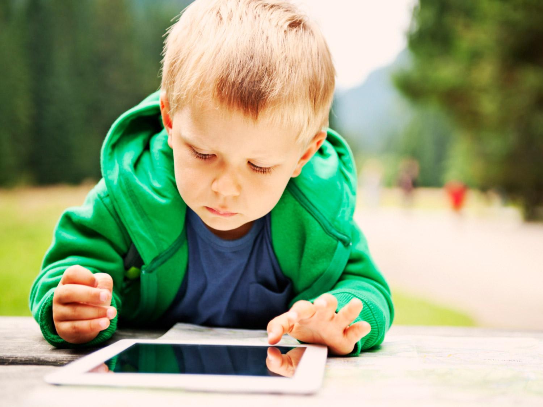 Az okoseszközök szinte már minden család életében ott vannak. A mi döntésünk, hogy okosan alkalmazzuk és a gyermekünk fejlődését segítjük vele vagy veszélybe sodorjuk azokat, akik a legfontosabbak a számunkra.