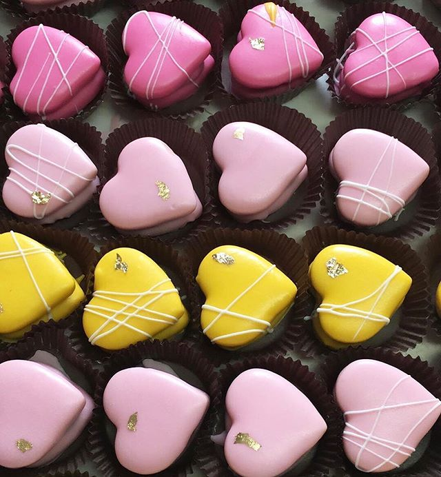 Feeling those wedding weekend vibes💕✨ Thank you for trusting us with your wedding favors and desserts Lou! 🥰 #alfajores #washingtondc #bakery #weddingcookies #desserttable #womenempowerment #latina #latinaboss #girlboss #igdc #foodie #dc #dcfood #dceats #foodporn #dessert