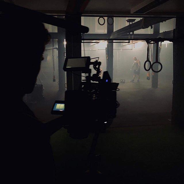 Podciąganie kamery. Top secret 😎 Stay tuned, ale projekt petarda 💥💥‼️. . #camera #cameraman #kamera #kamerzysta #filmpeople #filmproducers #produkcjafilmowa #naplanie #onset #lifeonset #onsetlife #oversee_pl