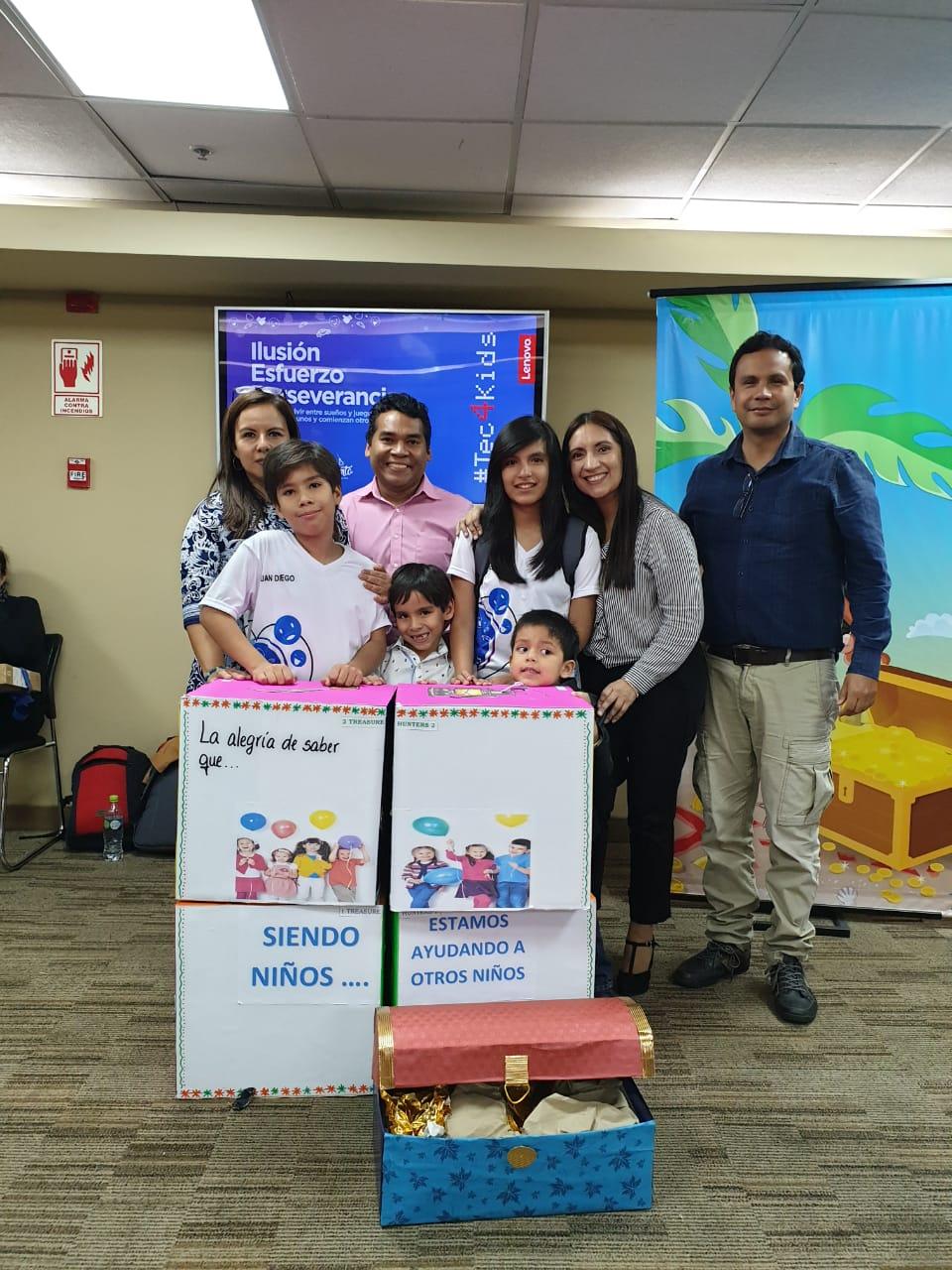 Alessandra y Juan Diego con familiares.