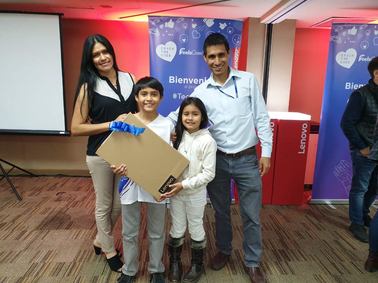 Christian acompañado de sus papás y hermana.