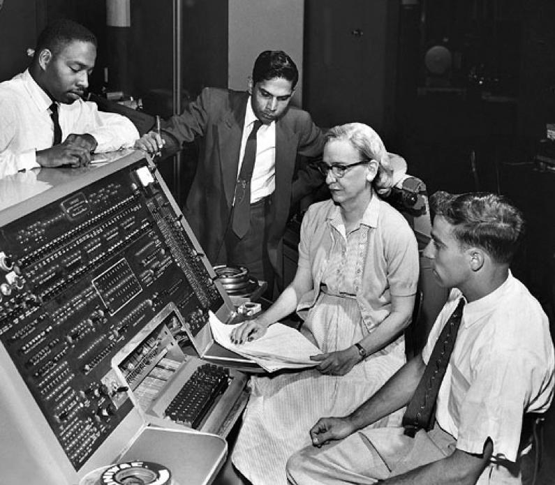 Grace Hopper, junto al equipo de desarrollo del primer compilador para un lenguaje de programación.