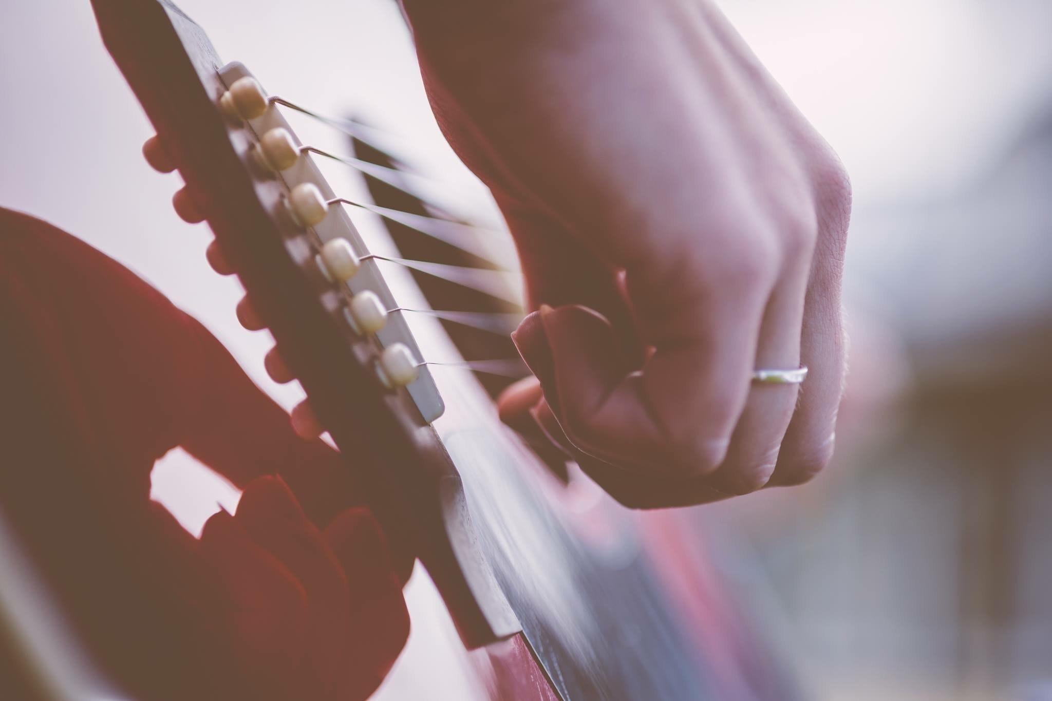 acoustic-guitar-blur-blurry-164810.jpg