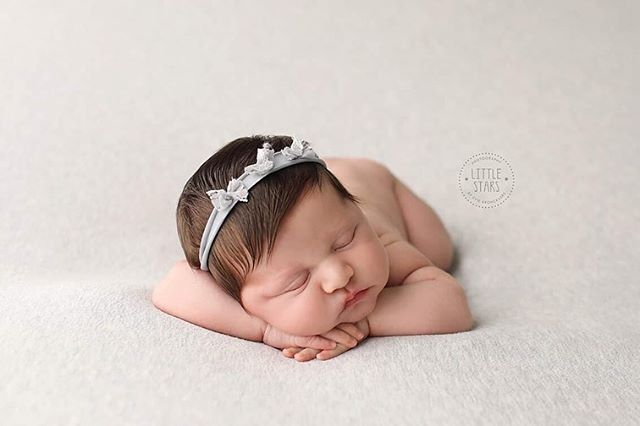 Sister and brother - swipe to see - #eviebronckaers #eviebronckaersphotography #littlestarsphotographybyeviebronckaers #newborn #newbornfoto #newbornsiblings #thesamenose #photography #newbornfotograaf #newbornphotoshoot #sisterandbrother #genk