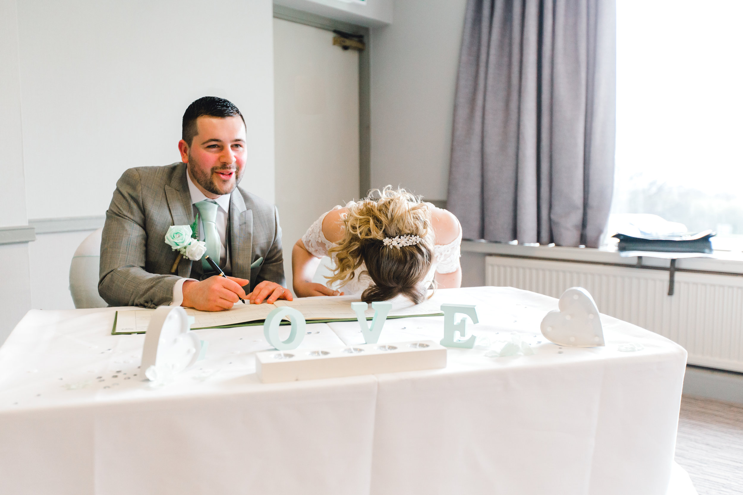Fake signing of the wedding register goes wrong