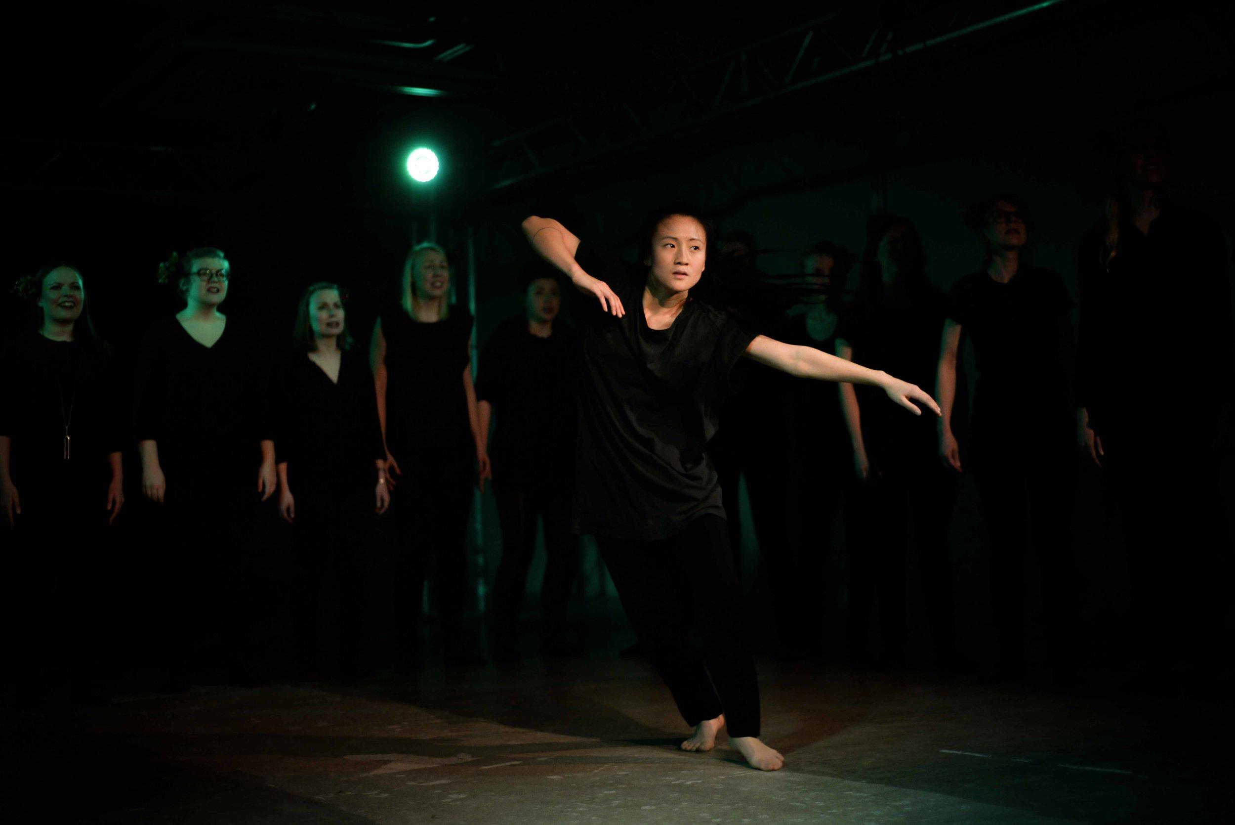 Sanna Hoang tanssi piian roolissa. Kuvat: Jesse Pasanen