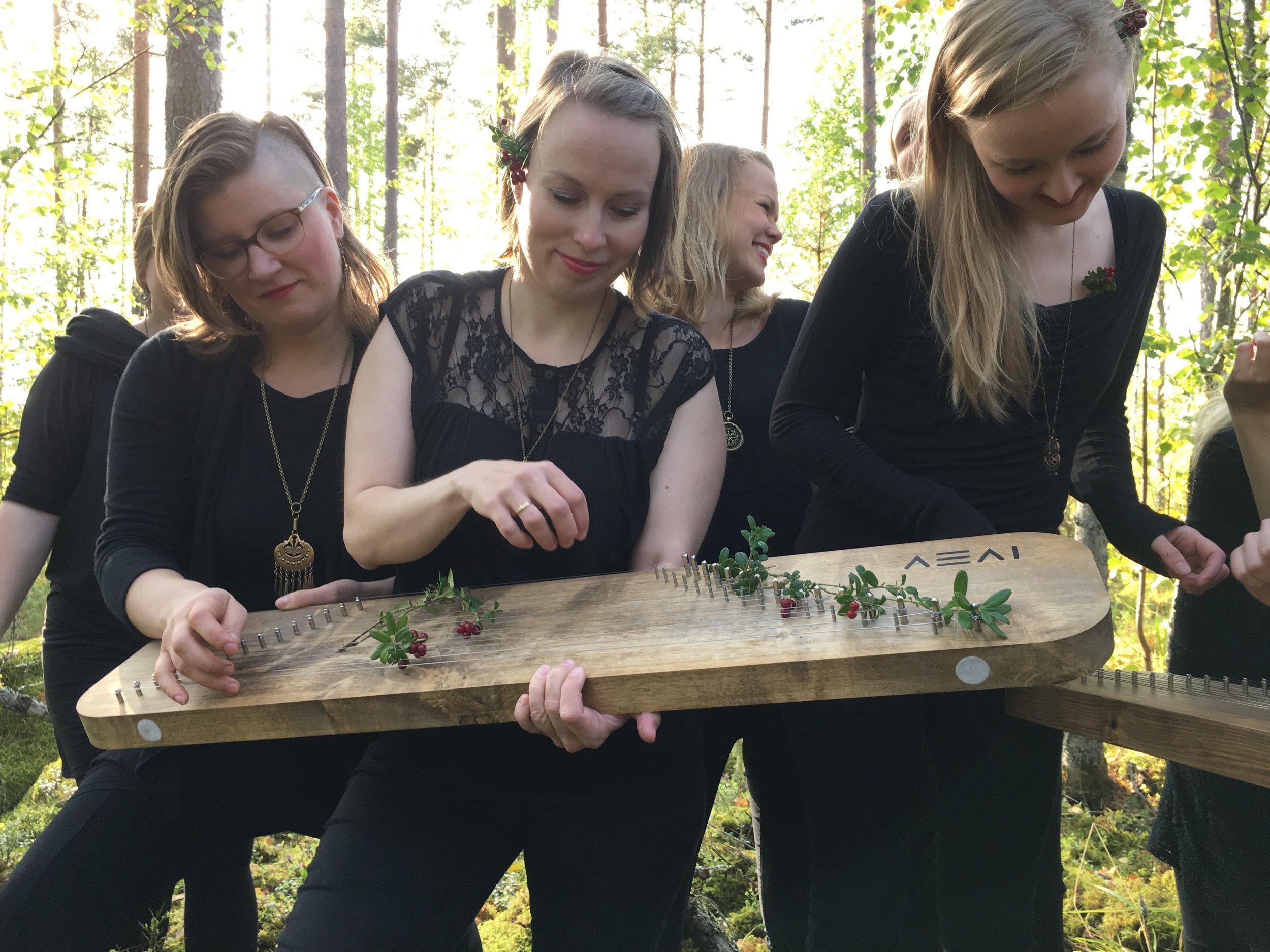Viime syksyn laululeirilläJoutsassa ehdittiin ottaa myös promokuvia. Päivi, Minttu ja Sonja testailivat Aeai-kannelta.