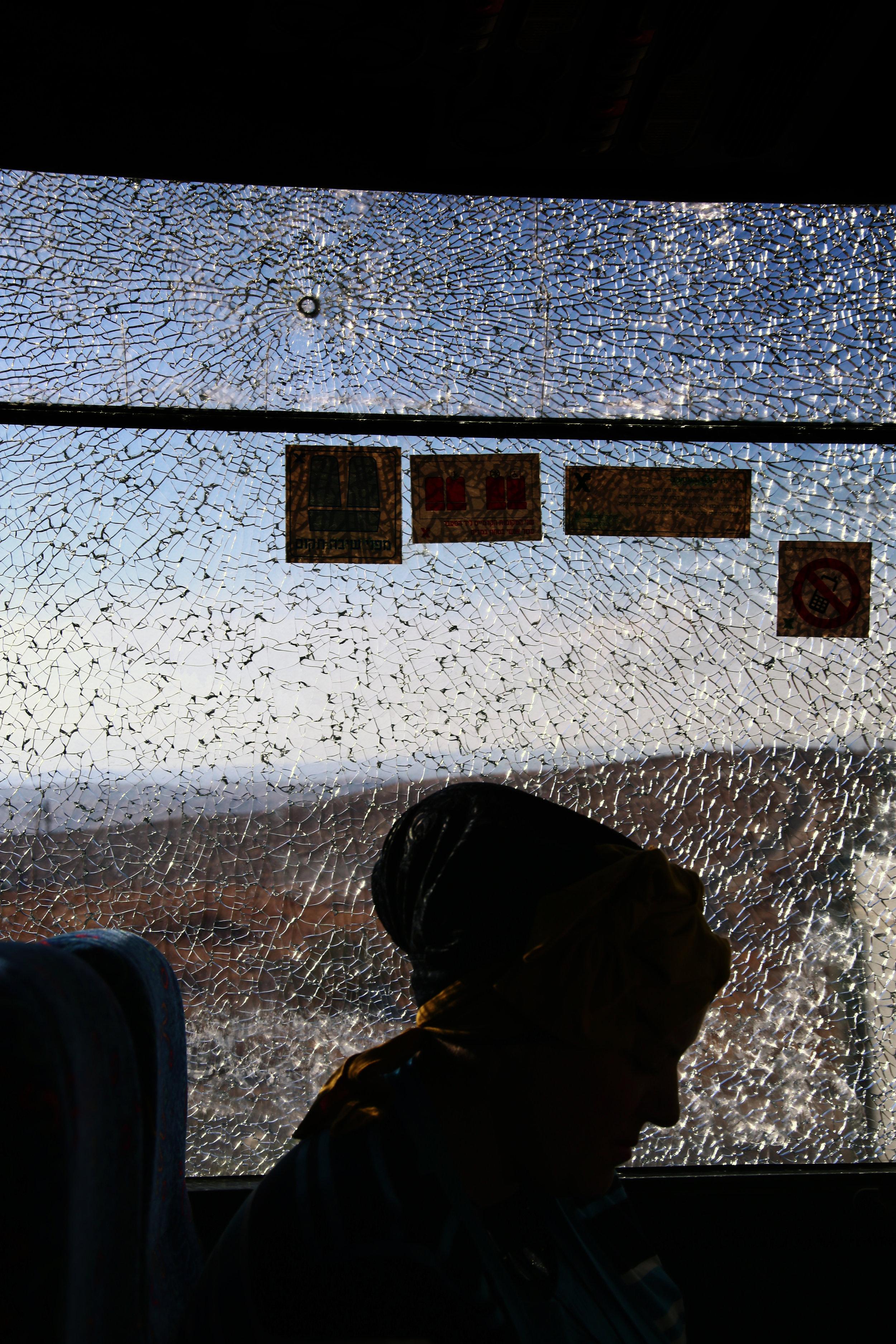 17skudd pa skuddsikkert glass i den ene av de to bussene man kan ta fra bosetningen. bildet er av kona2016.jpg