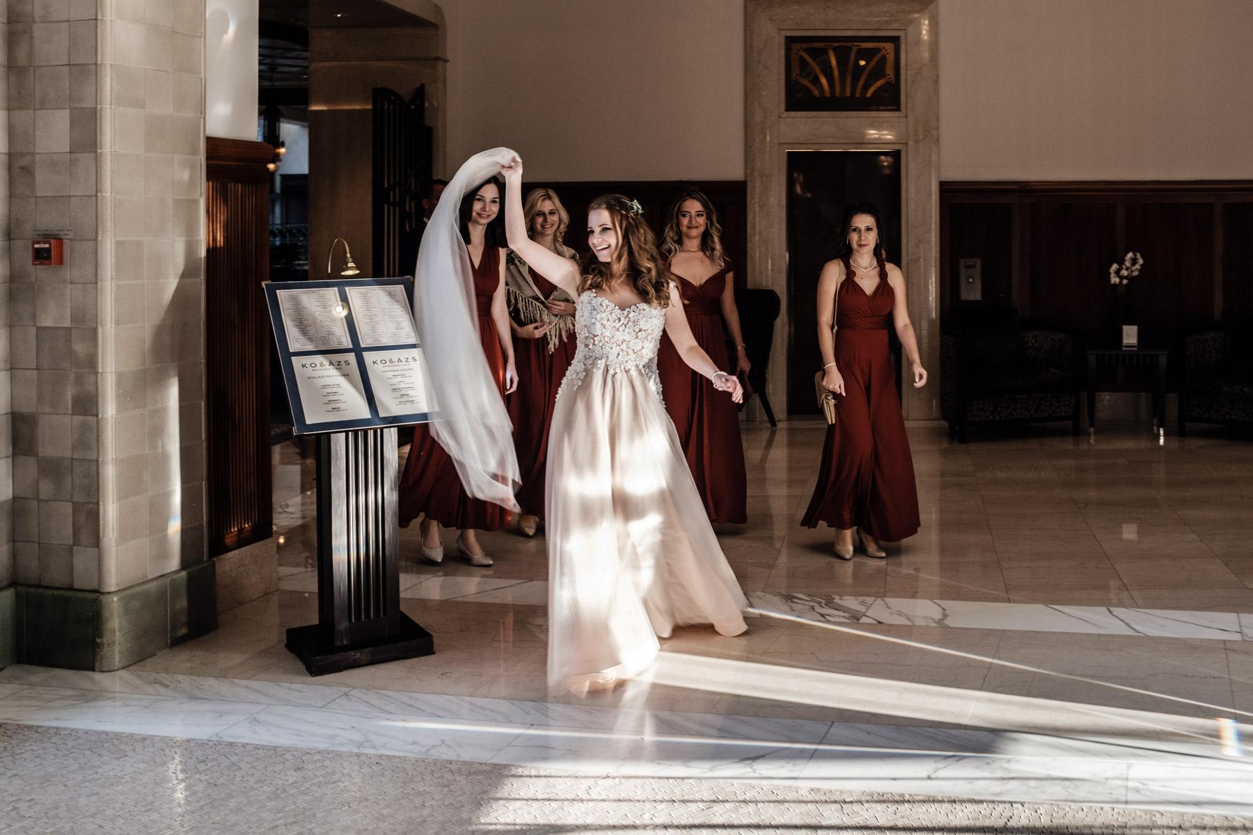 MartinLiebl_Kein_Hochzeitsfotograf_No_Wedding_Photographer_Budapest_Gresham_Palace_038.jpg