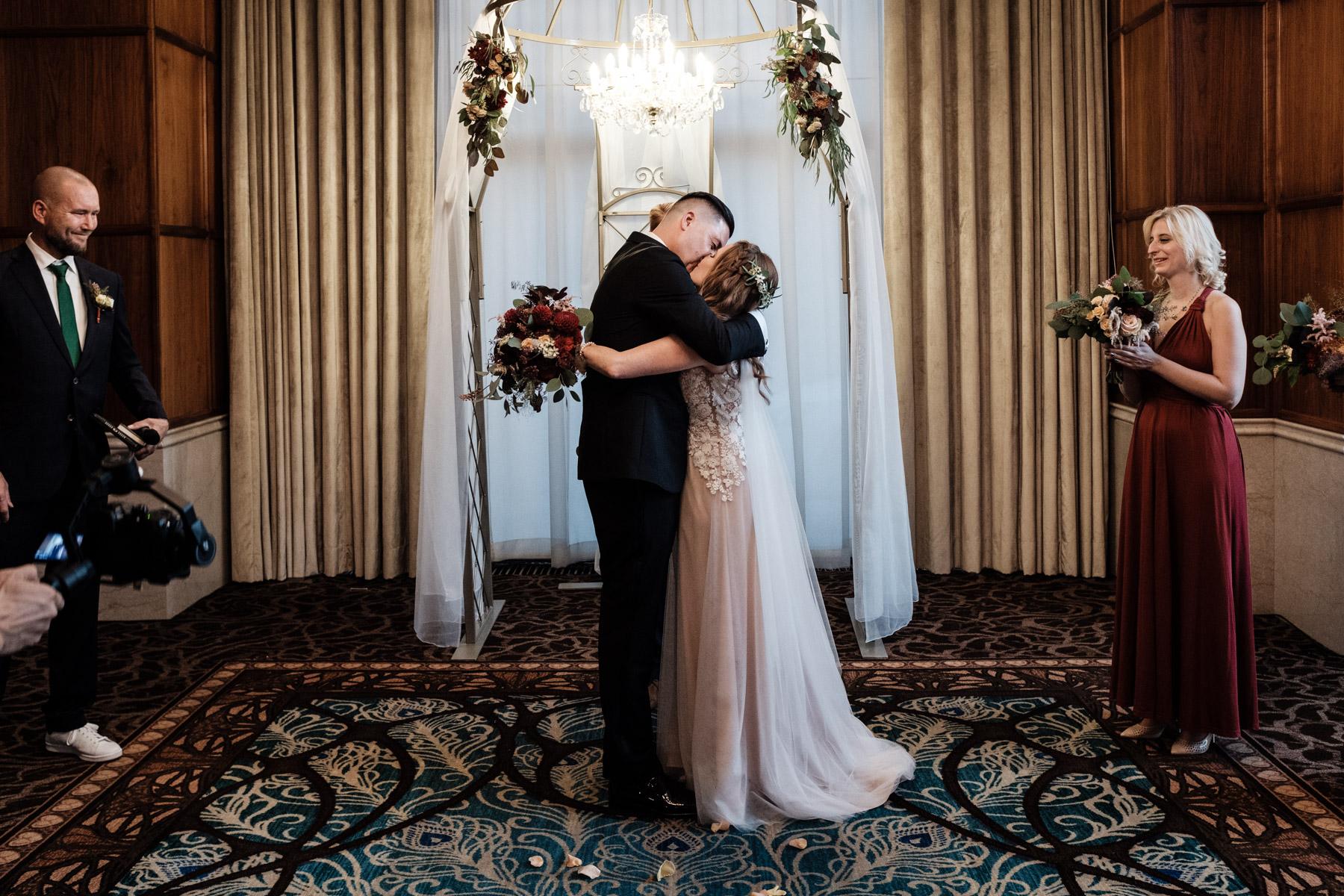 MartinLiebl_Kein_Hochzeitsfotograf_No_Wedding_Photographer_Budapest_Gresham_Palace_042.jpg